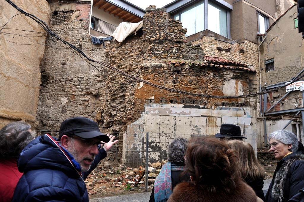 Victorino García Marcos explica el estado de las gestiones para la restauración del cubo de la muralla que se derrumbó hace unos meses.