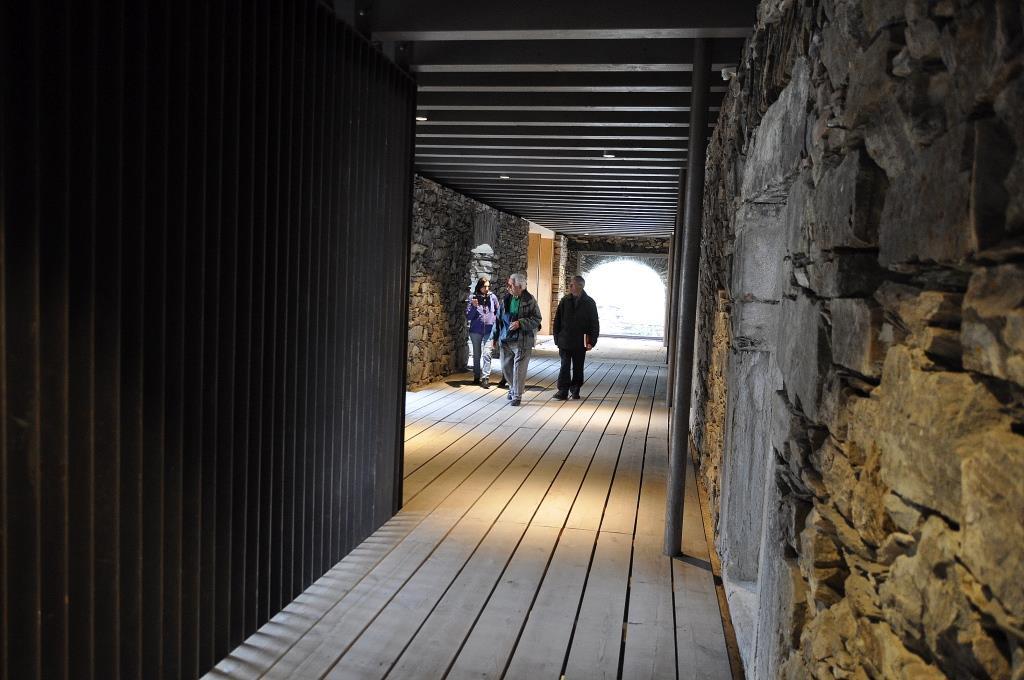 Monasterio San Pedro de Montes. Pasillo de acceso a antiguas celdas de monjes, en zona restaurada.