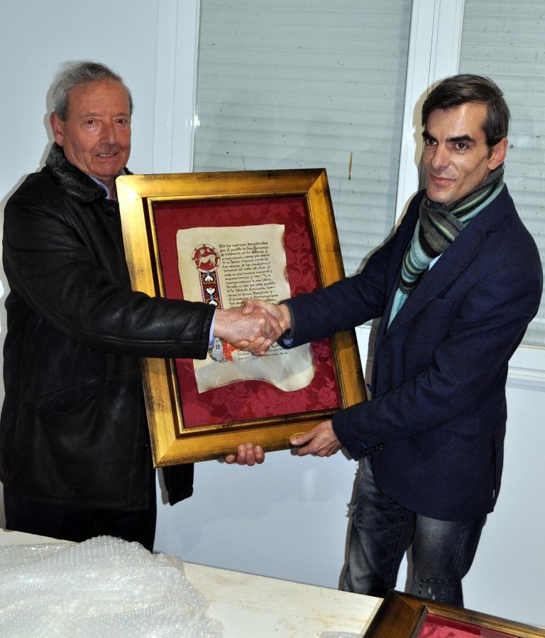 Marcelino Fdez. presidente de Promonumenta, entrega el diploma a Demetrio García, presidente de San Clemente.