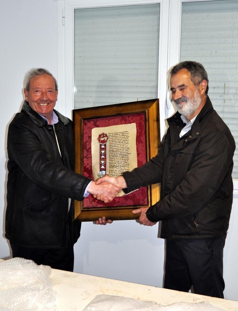 Entrega del diploma a Ricardo López, presidente de Valdefrancos.