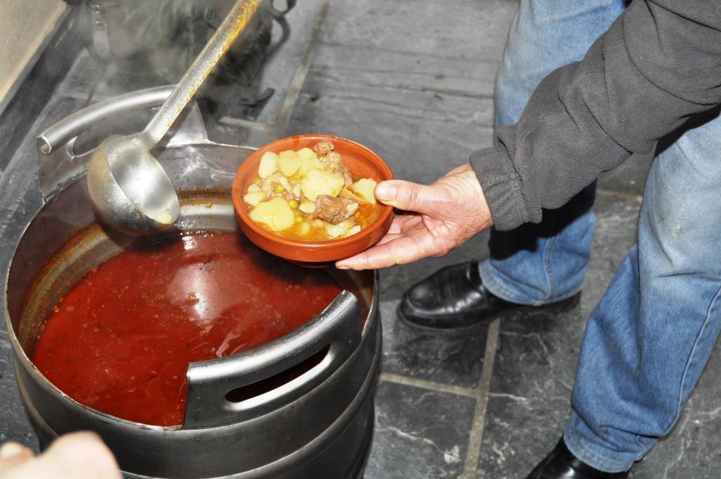 Patatas con jabalí del Oza. El presidente de San Adrián, Santos Marteo, lo cocinó. ¡Enhorabuena!