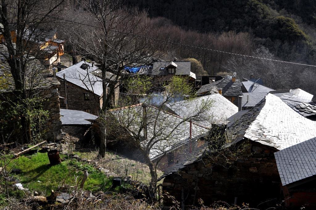 Vista parcial de los tejados de San Adrián. Ya van quedando pocos sin reparar.
