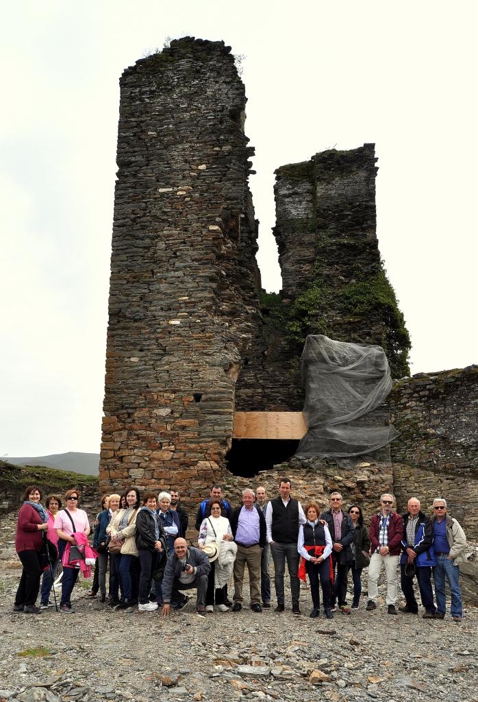 El alcalde de Balboa con el grupo de Promonumenta ante la ruinosa torre del castillo.