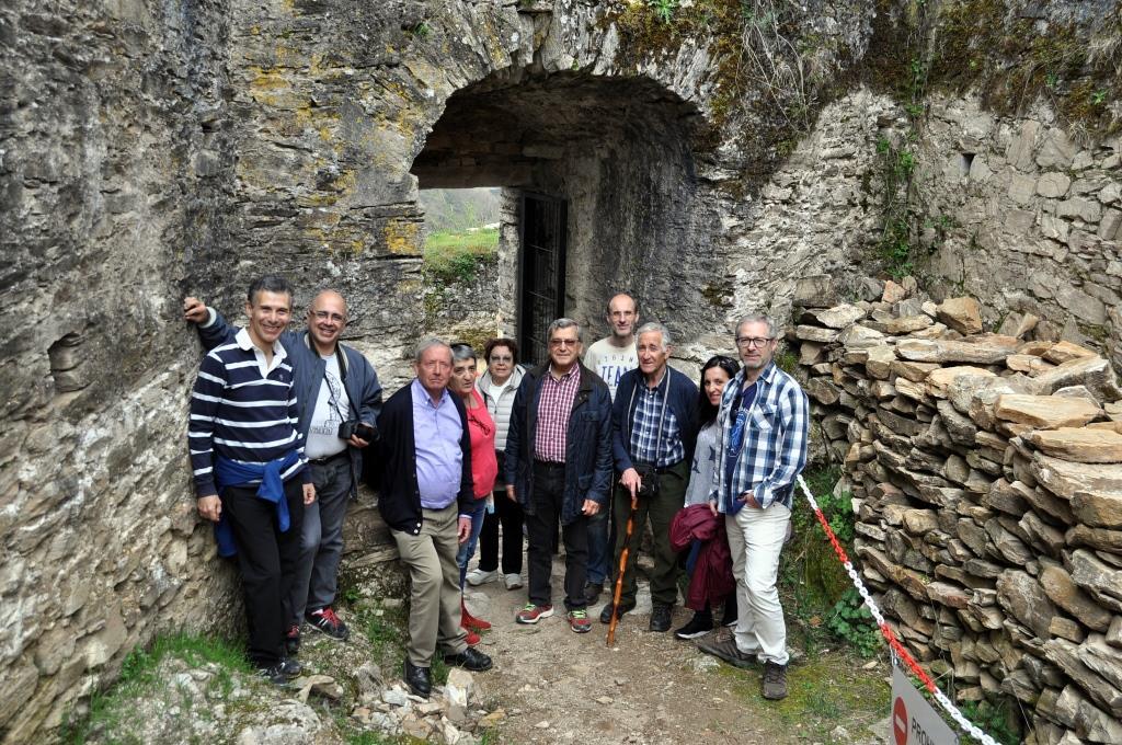 Grupo de Promonumenta con la alcaldesa de Vega de Valcarce en la puerta de entrada al castillo,