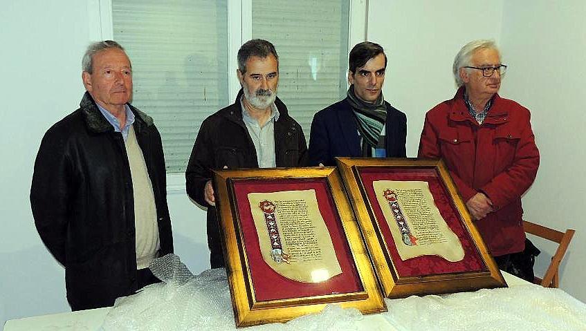El presidente y el secretario de Promonumenta con los presidentes de Valdefrancos y San Clemente (en el centro)