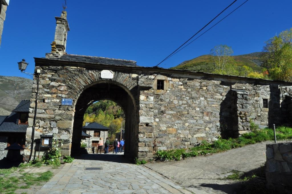 Colinas del Campo de Martín Moro. El acceso al pueblo se haace bajo el pórtico de la ermita de San Juan.