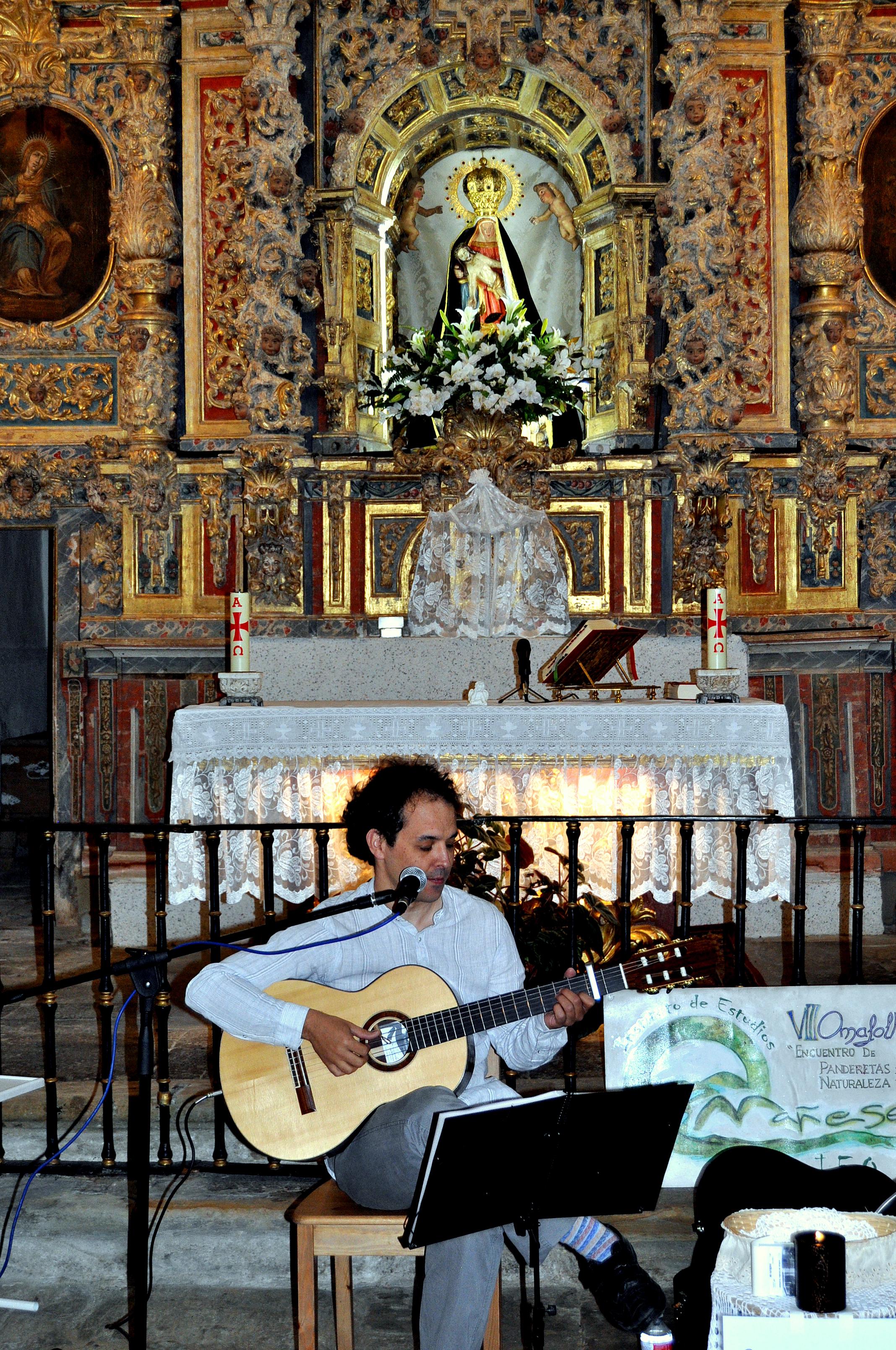 Santuario de La Garandilla durante un recital de Alfonso Salas.