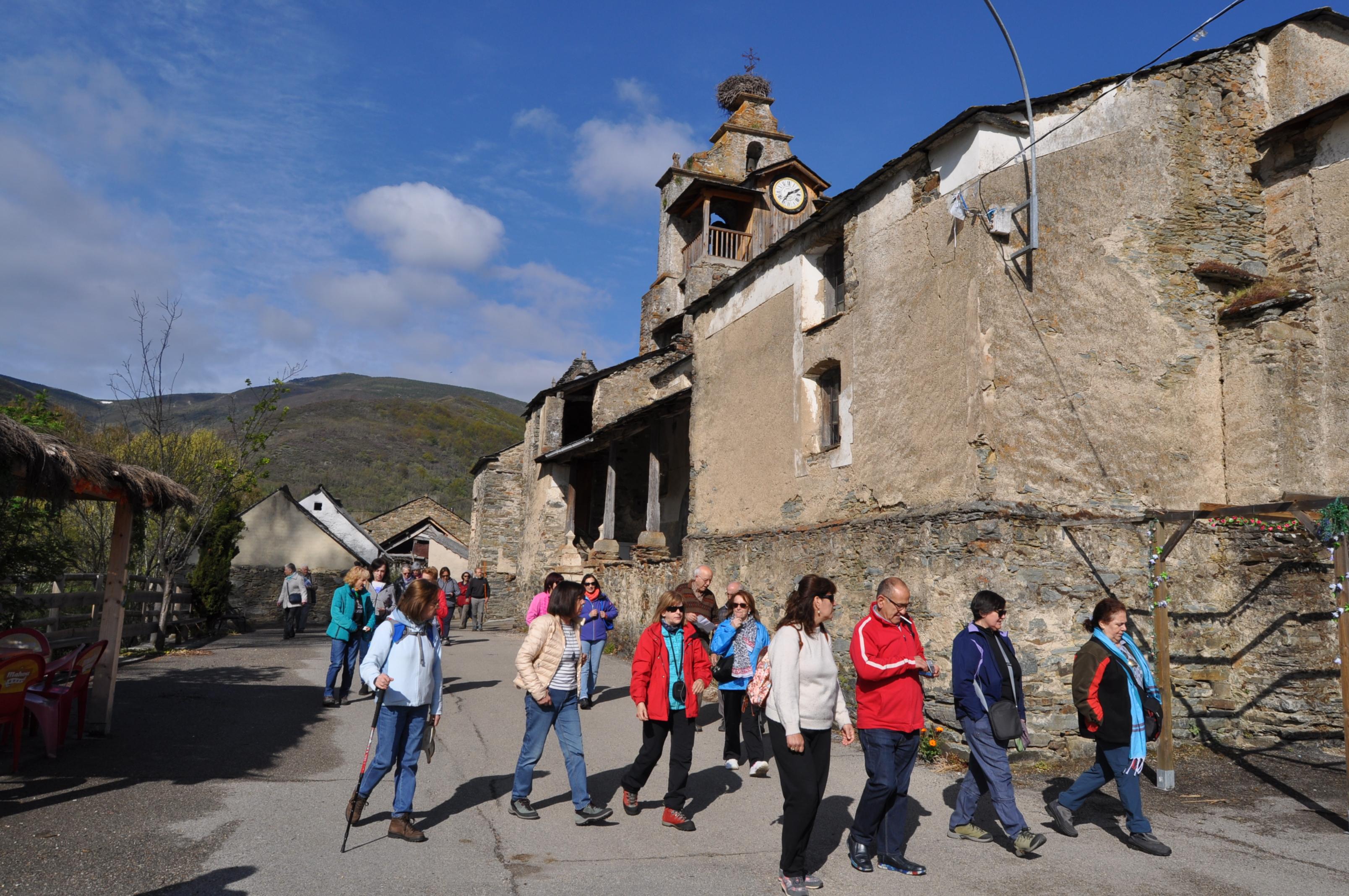 Visitando la monumental iglesia de Barrio de la Puente.