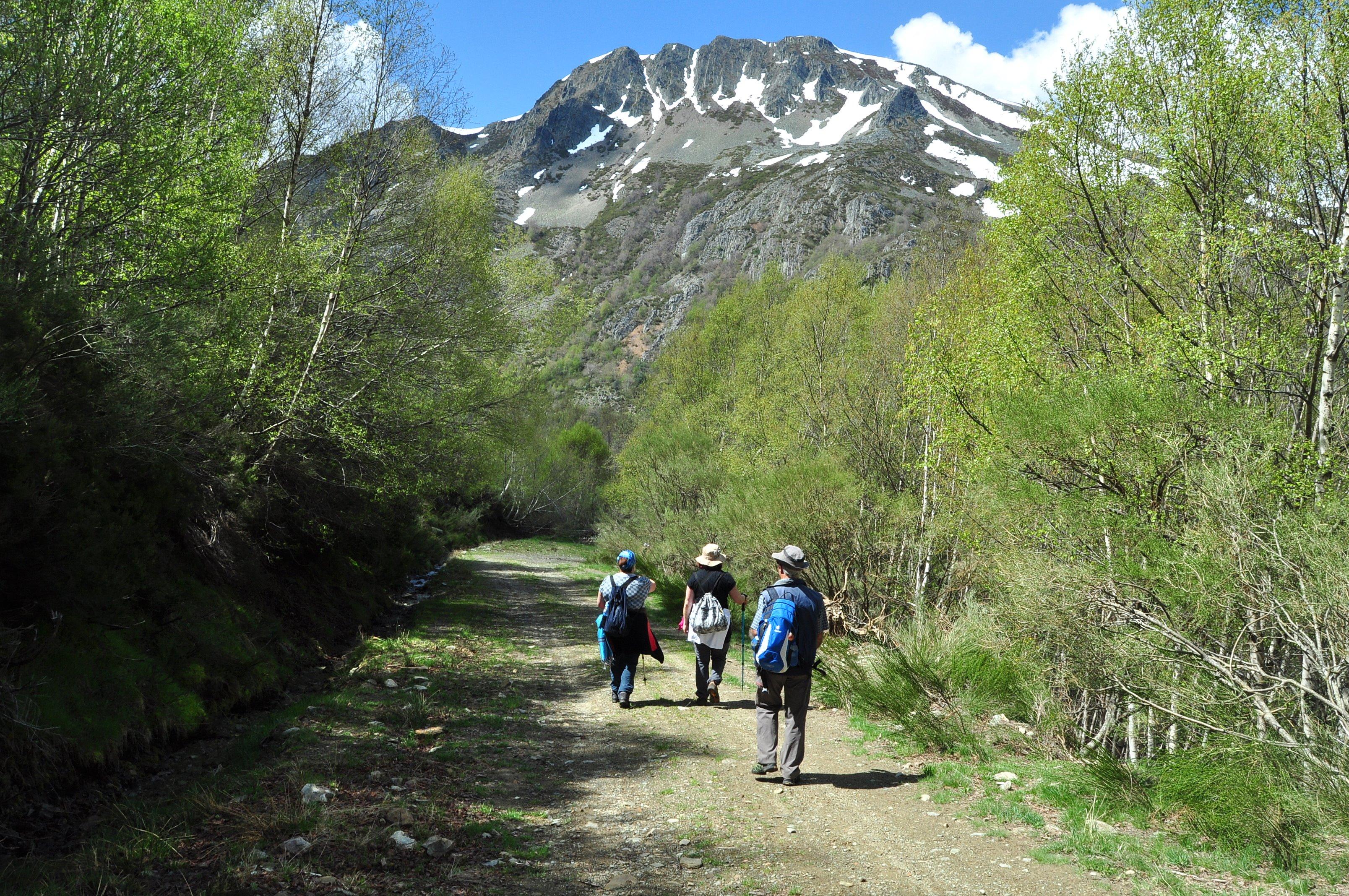 Descendiendo hacia el Campo y la ermita de Santiago.