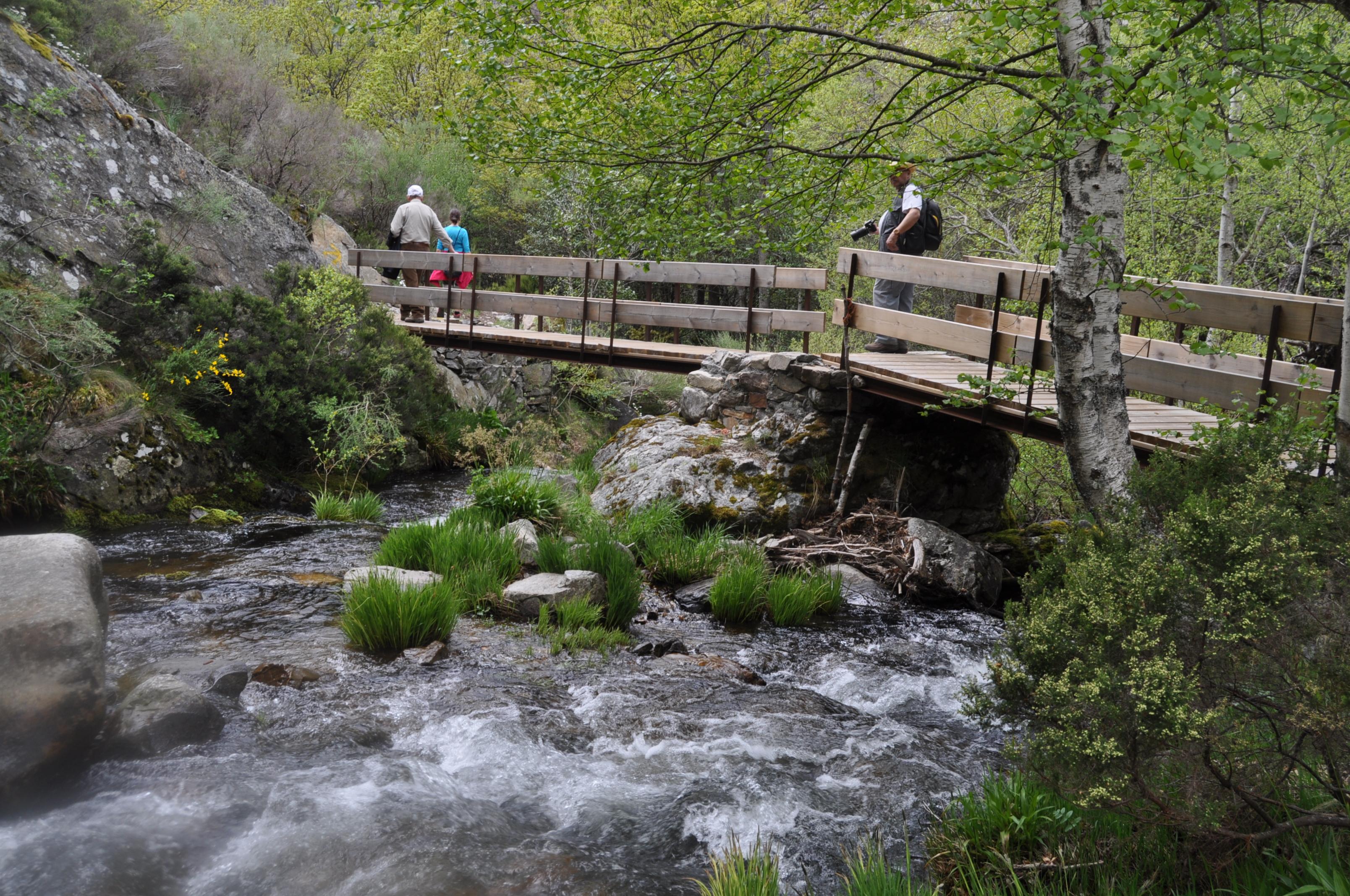 Los nuevos puentes sobre el Boeza, construidos por el Ayuntamiento de Igüeña, hacen más fácil el camino.