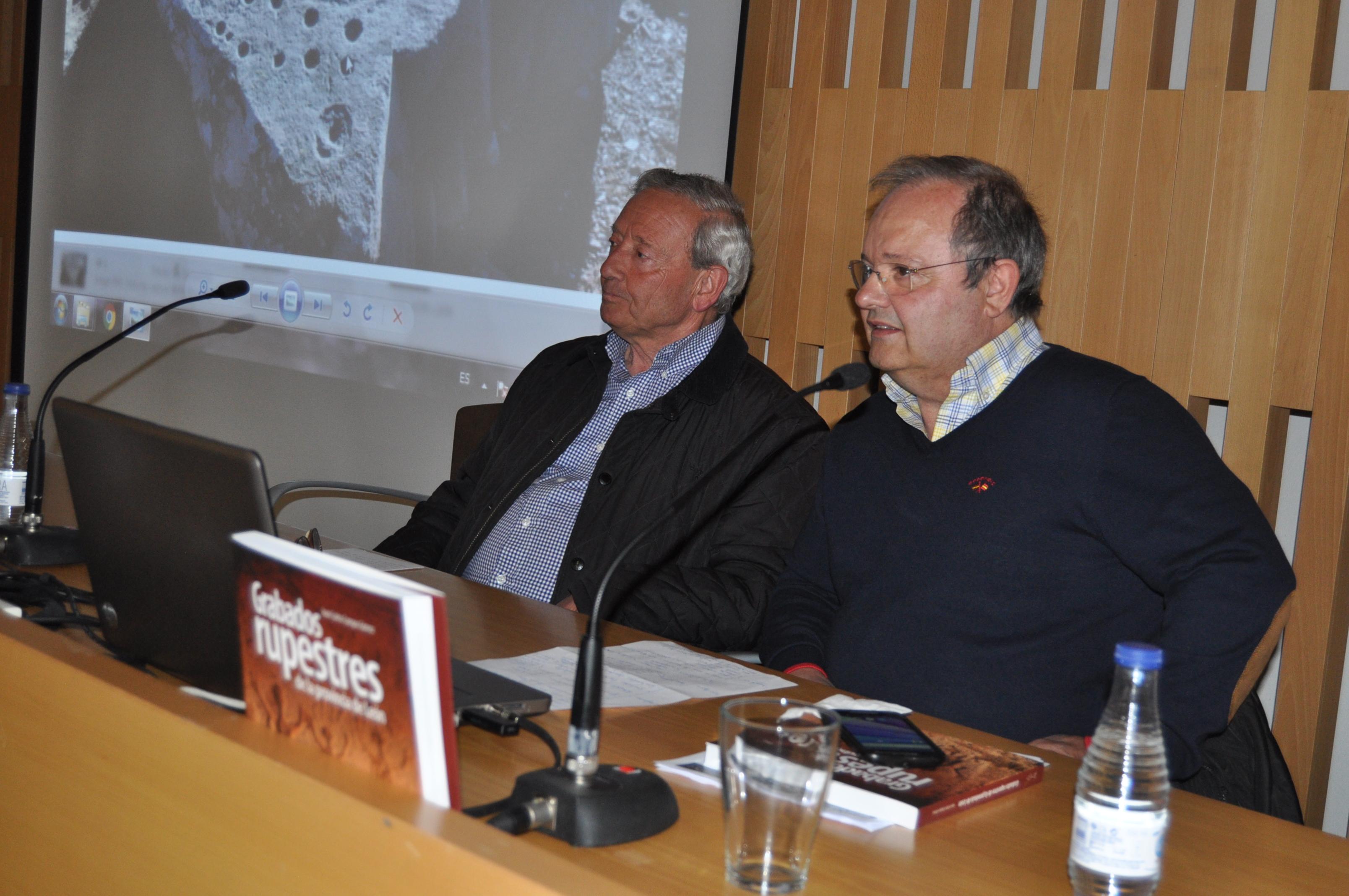 Juan Carlos Campos, junto al presidente de Promonumenta, durante su conferencia en la Fundación Sierra Pambley de León.