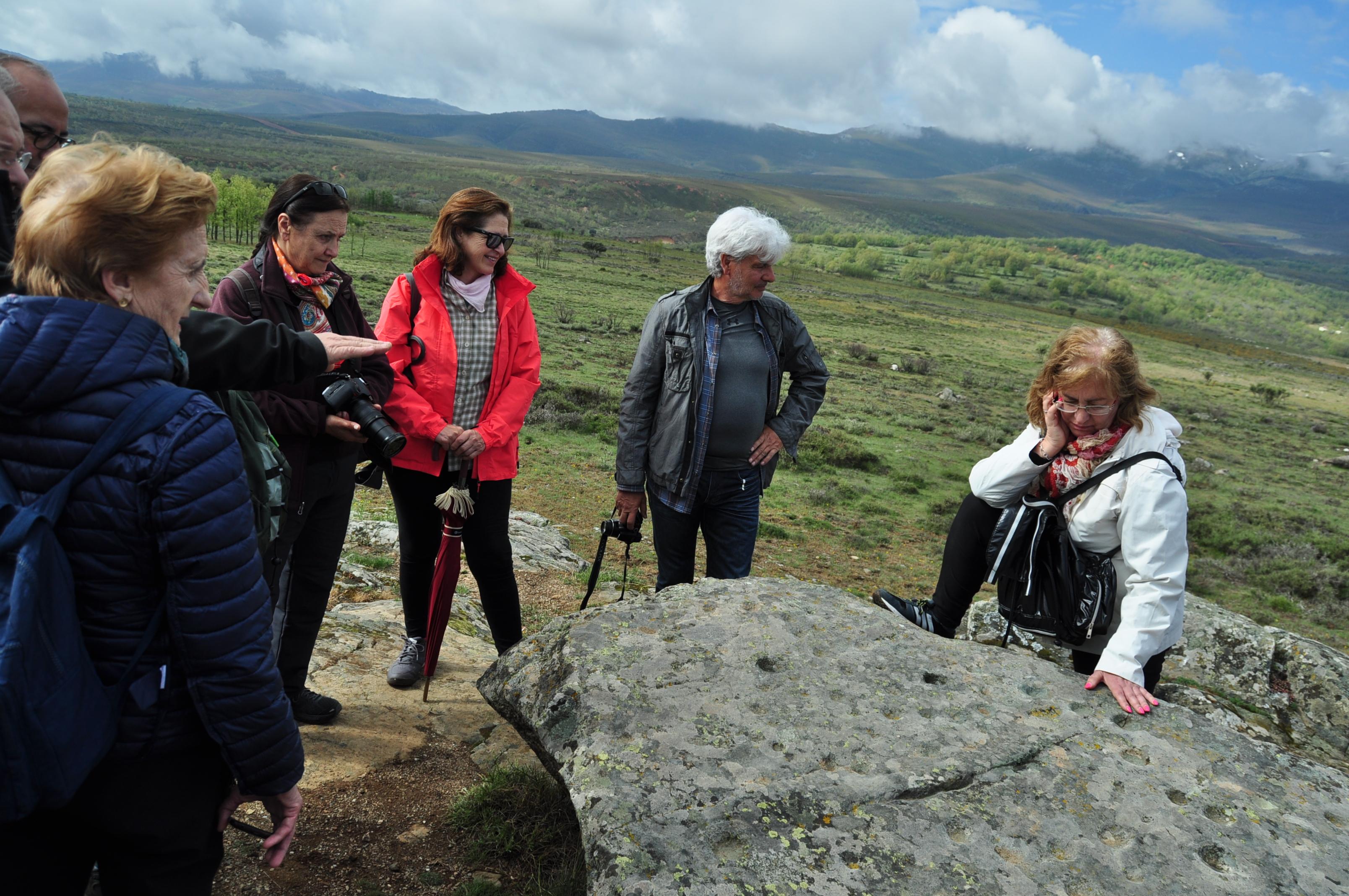 Juan Carlos Campos (casi oculto a la izquierda de la foto) explica los petroglifos de Peñafadiel, frenta al Teleno.