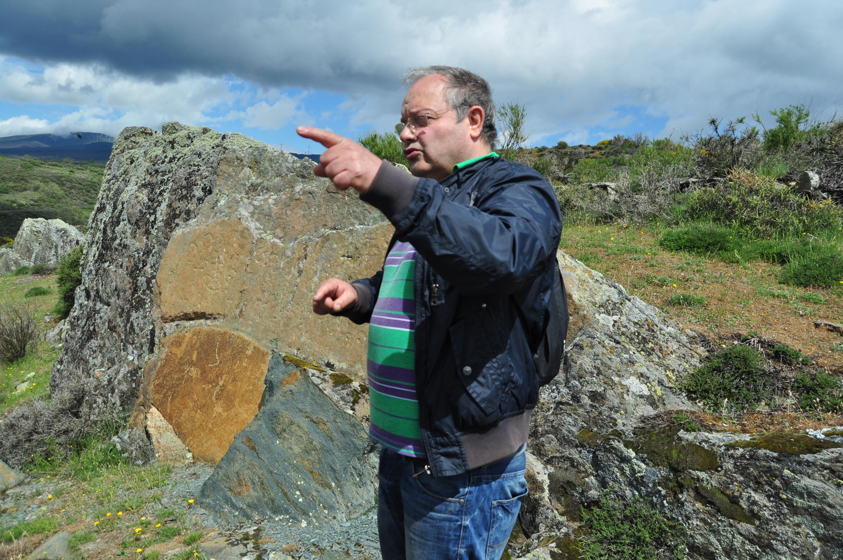 Juan Carlos Campos explicando el petroglifo de Peñaferrada.