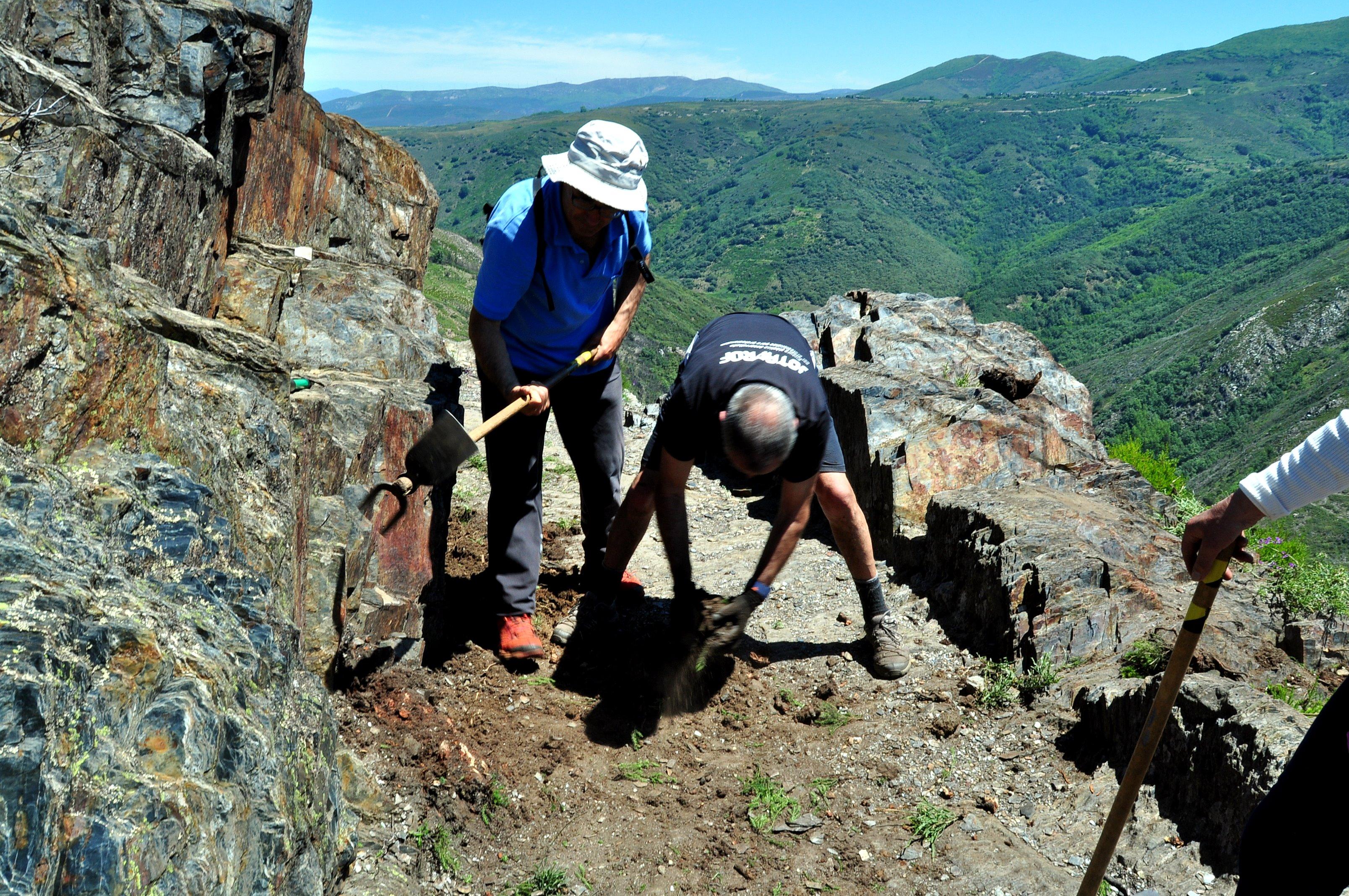 Limpiando uno de los cajeados en roca.