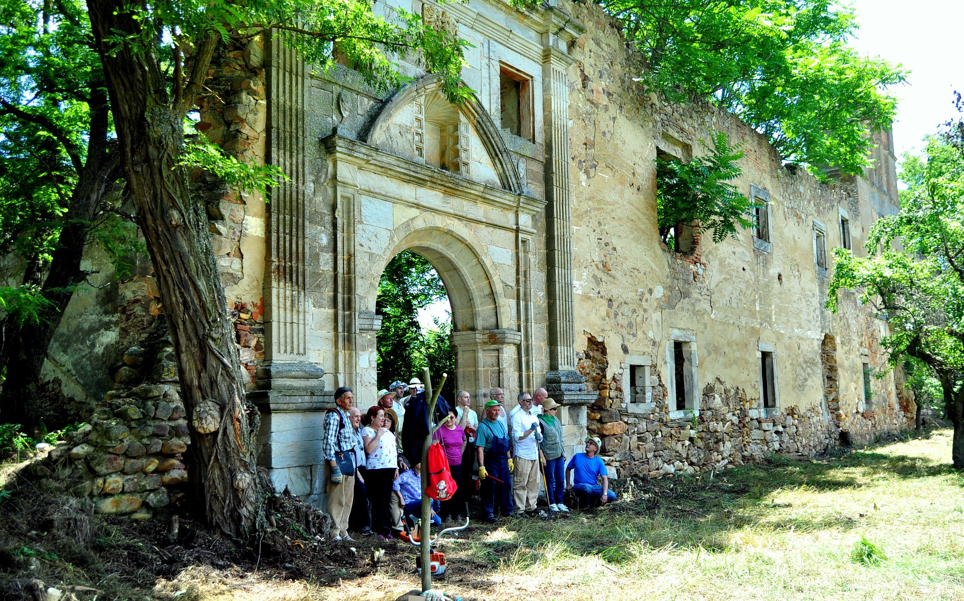 Casi al final, ante la fachada del monasterio.