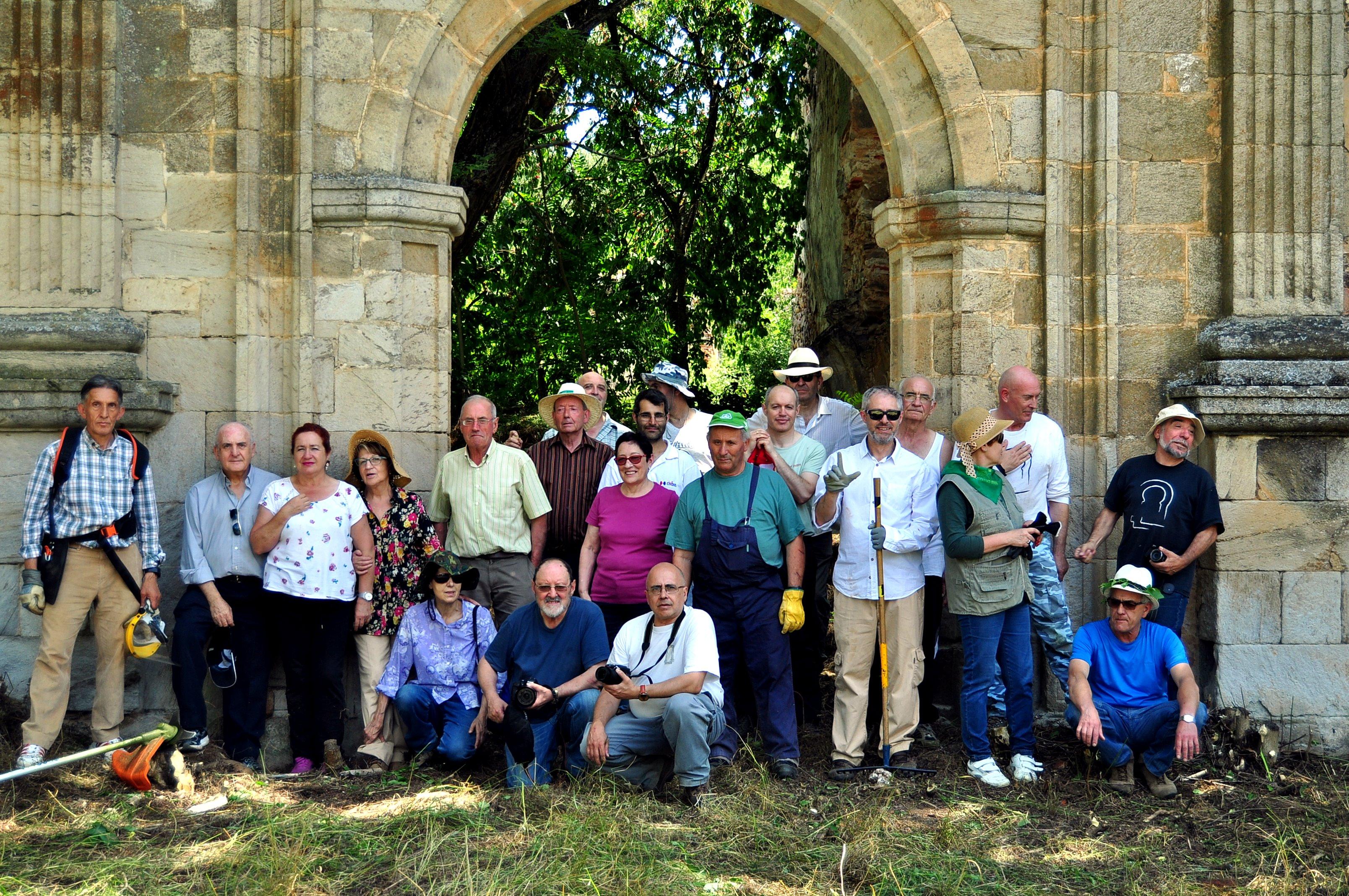 El equipo participante ante la portada del monasterio.