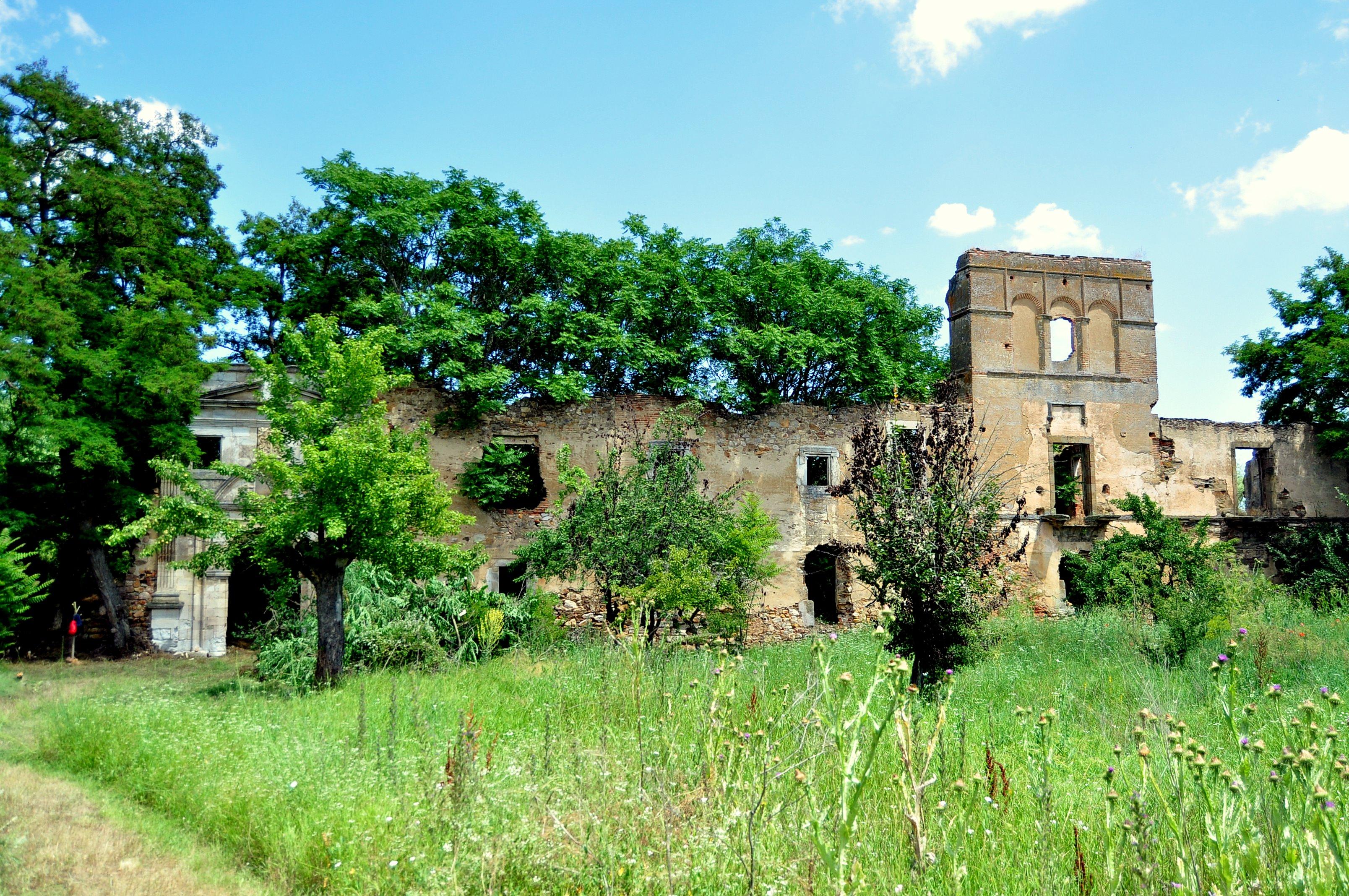 Fachada del monasterio tras la hacendera.
