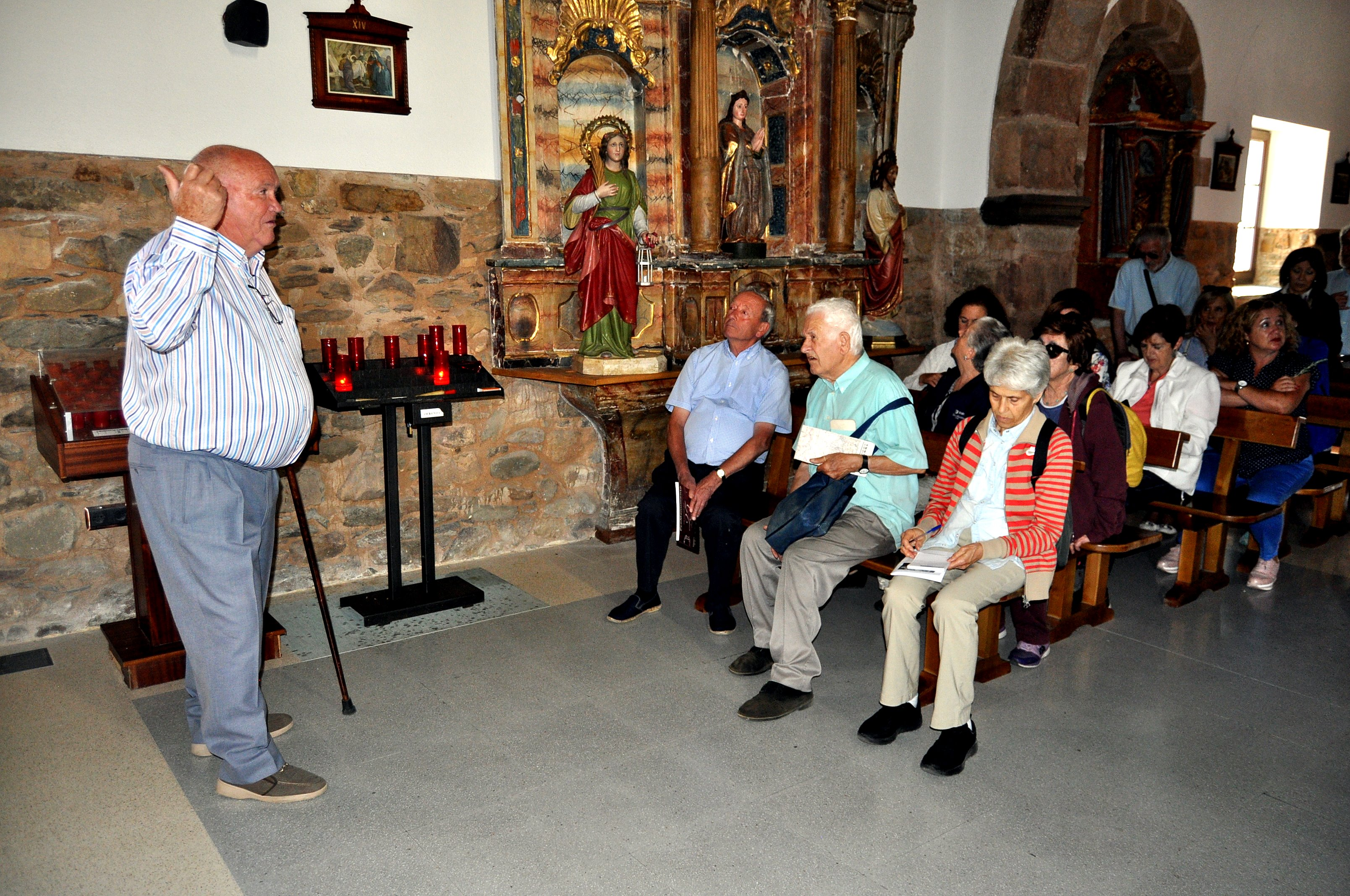 Manuel Durández muestra la iglesia de Quintana de Fuseros a los miembros de PROMONUMENTA.