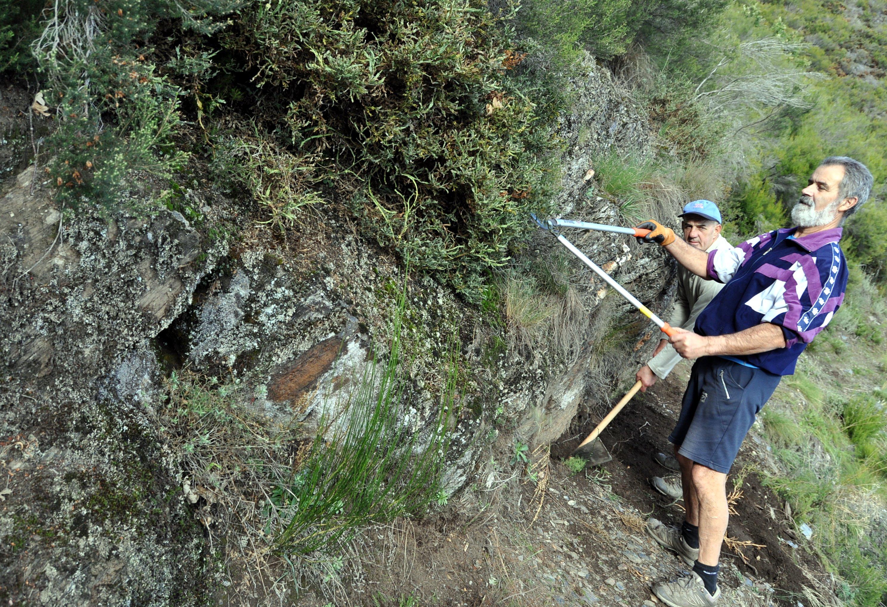 Descubriendo la roca de un tramo de canal.