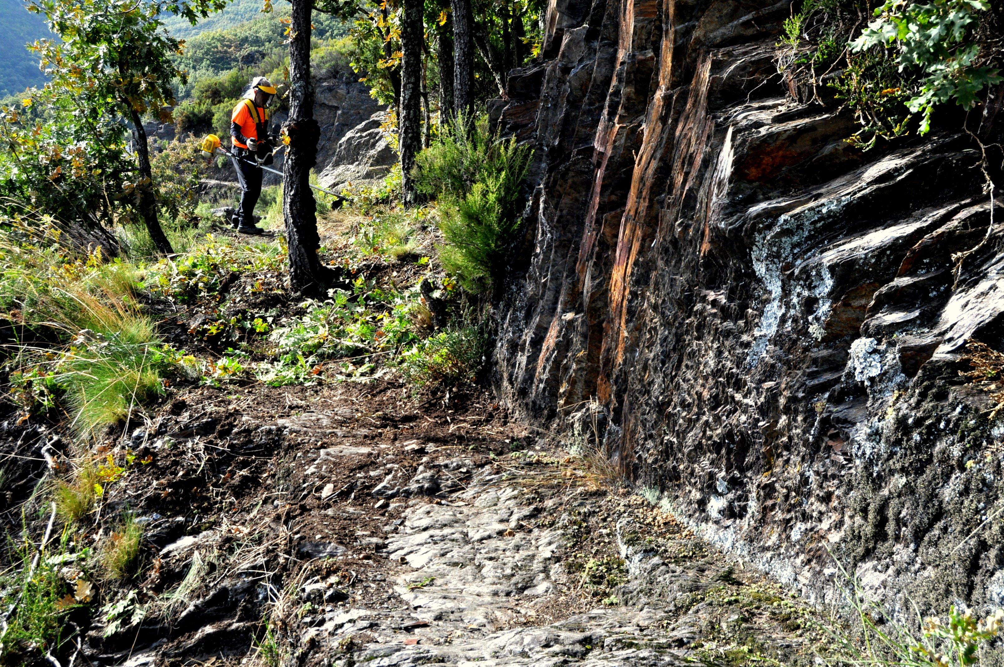 Canal en roca y en tierra.