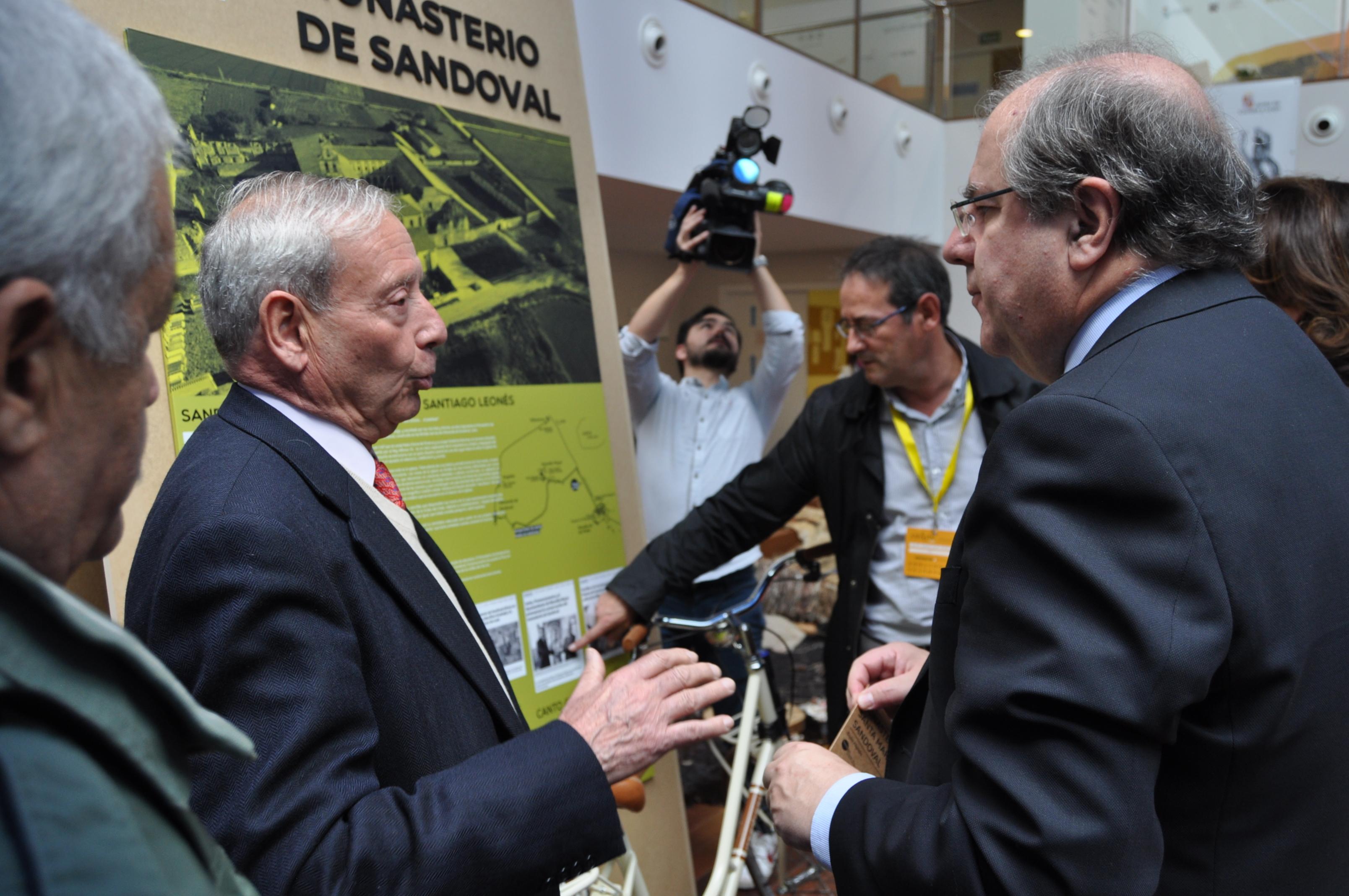 El presidente de la Junta de Castilla y León, Juan Vicente Herrera, escucha las sugerencias del presidente de Promonumenta, Marcelino Fernández.