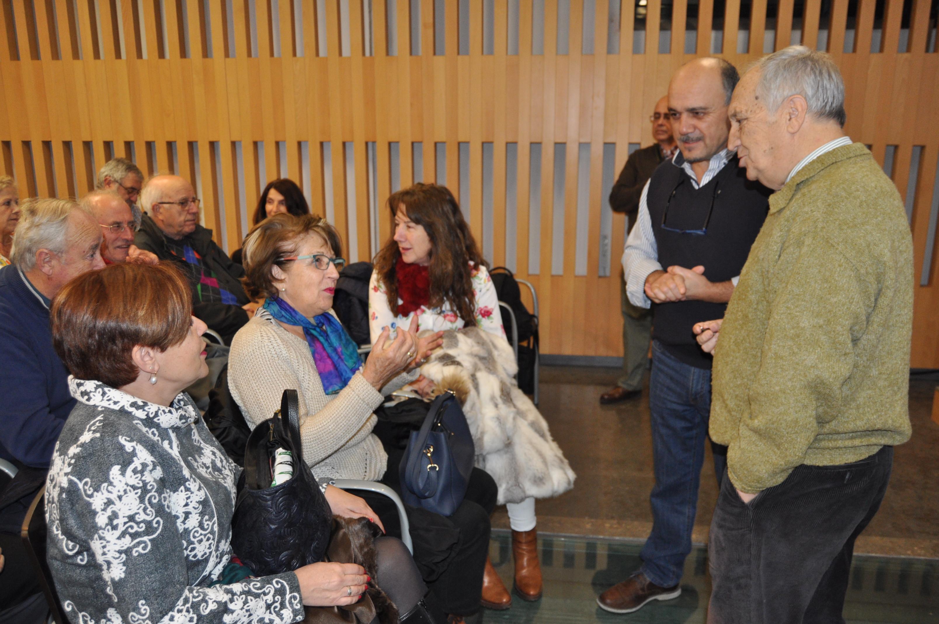 José Luis y Ramón charlan con algunas personas asistentes al acto.