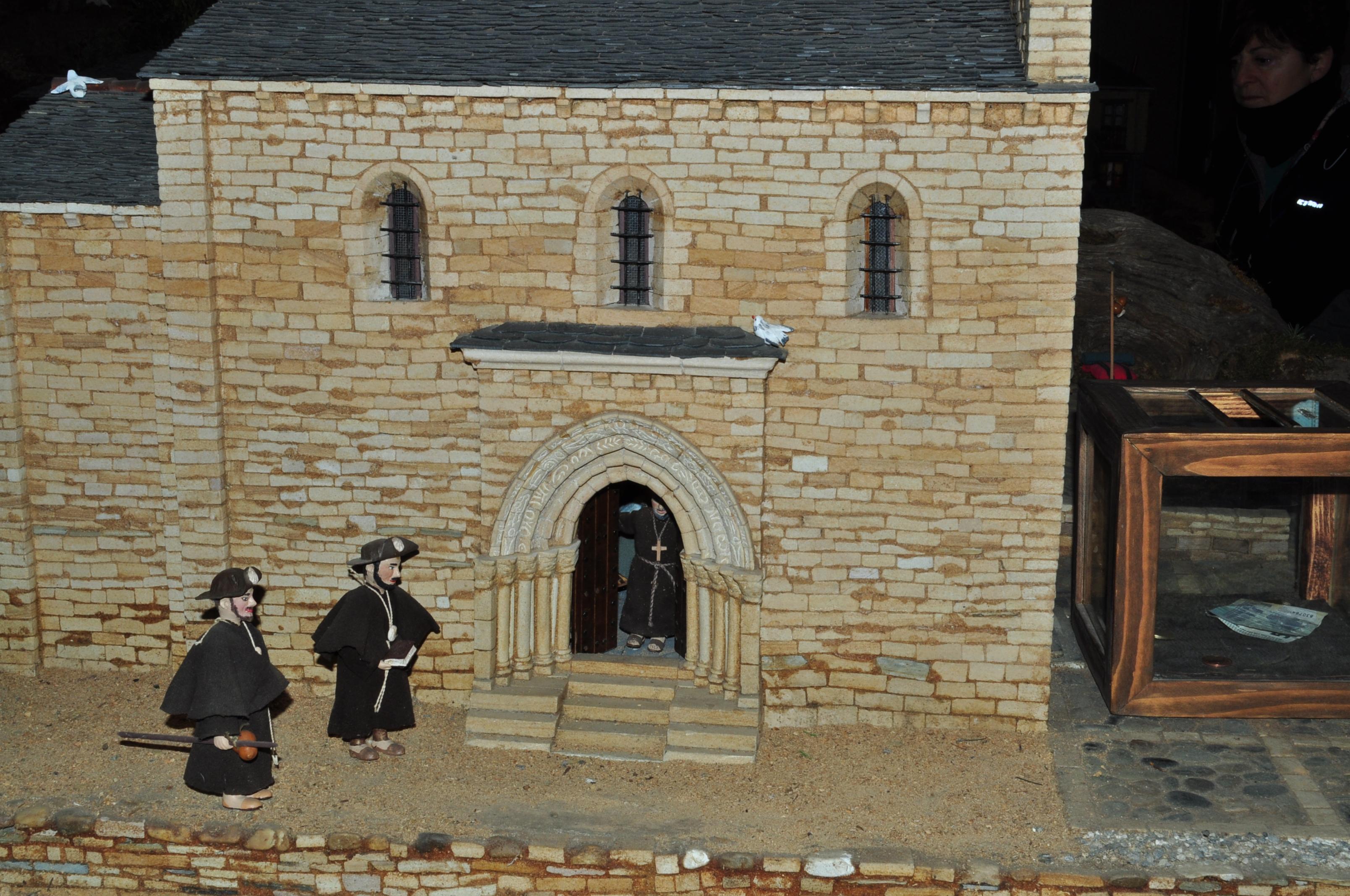 Peregrinos ante la Puerta del Perdón de la iglesia de Santiago, en Villafranca.