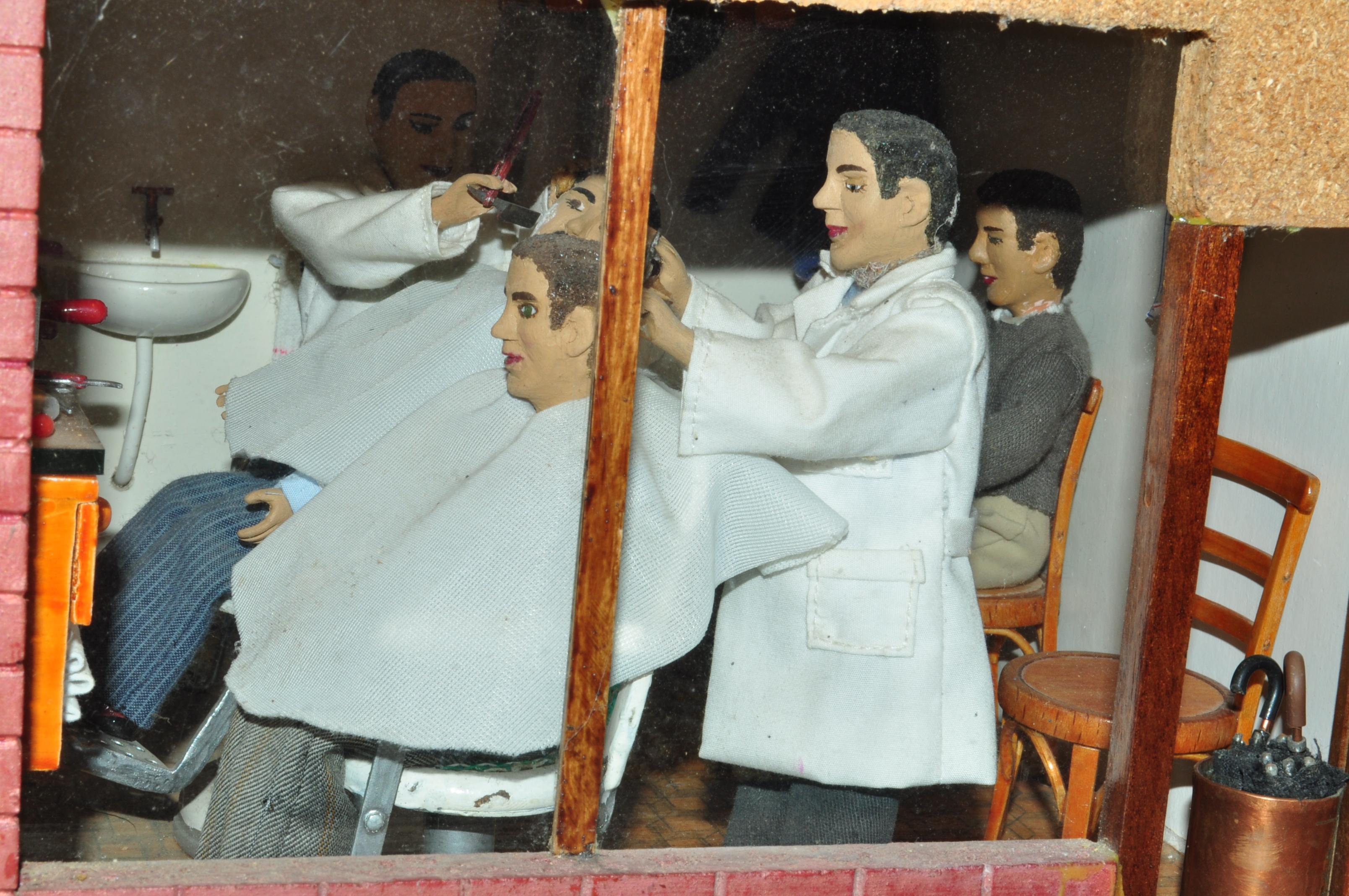 Cabañas Raras. La peluquería de caballeros a través de la ventana.