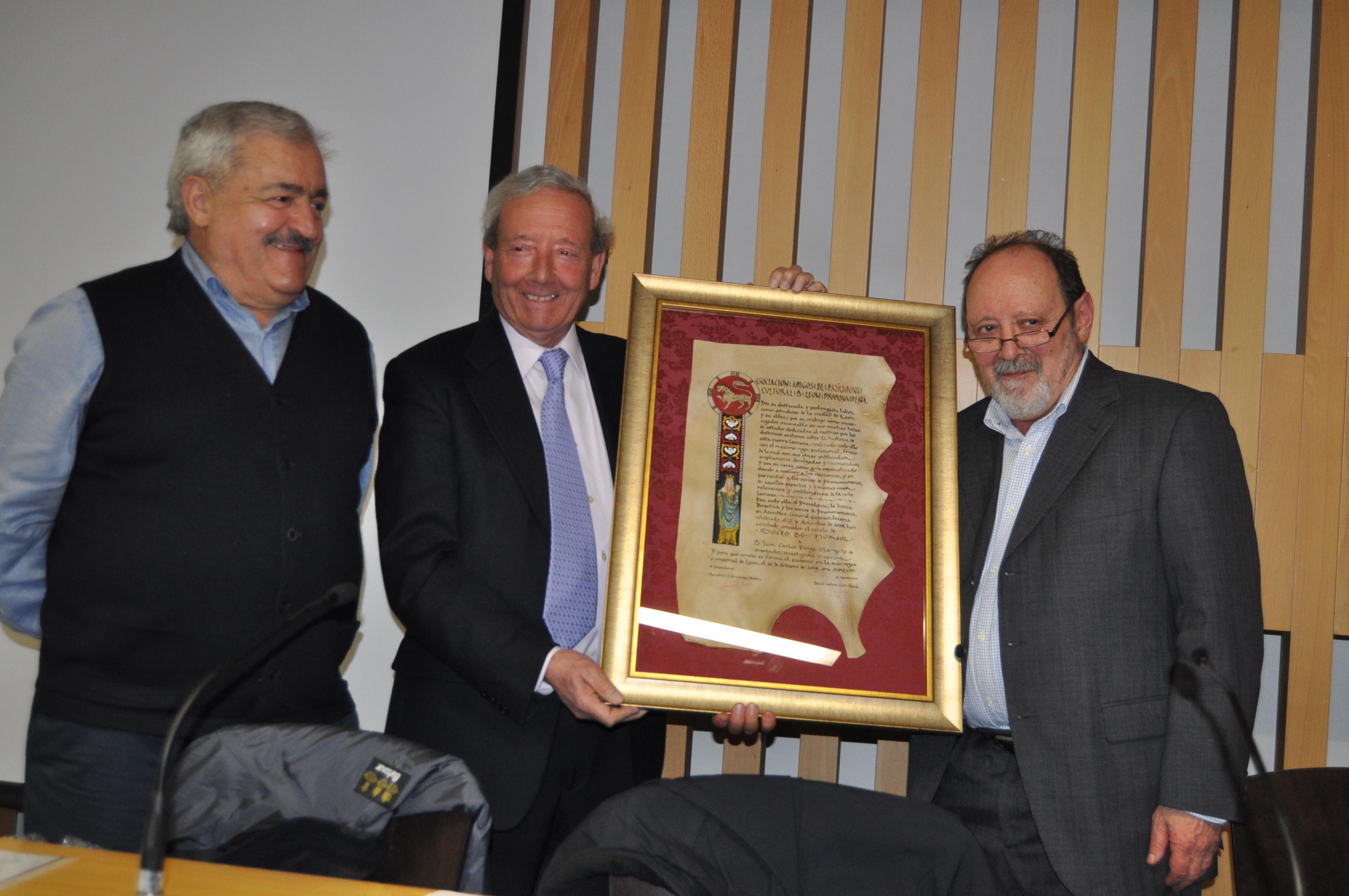 Marcelino Fernández entrega la distinción a Juan Carlos Ponga Mayo