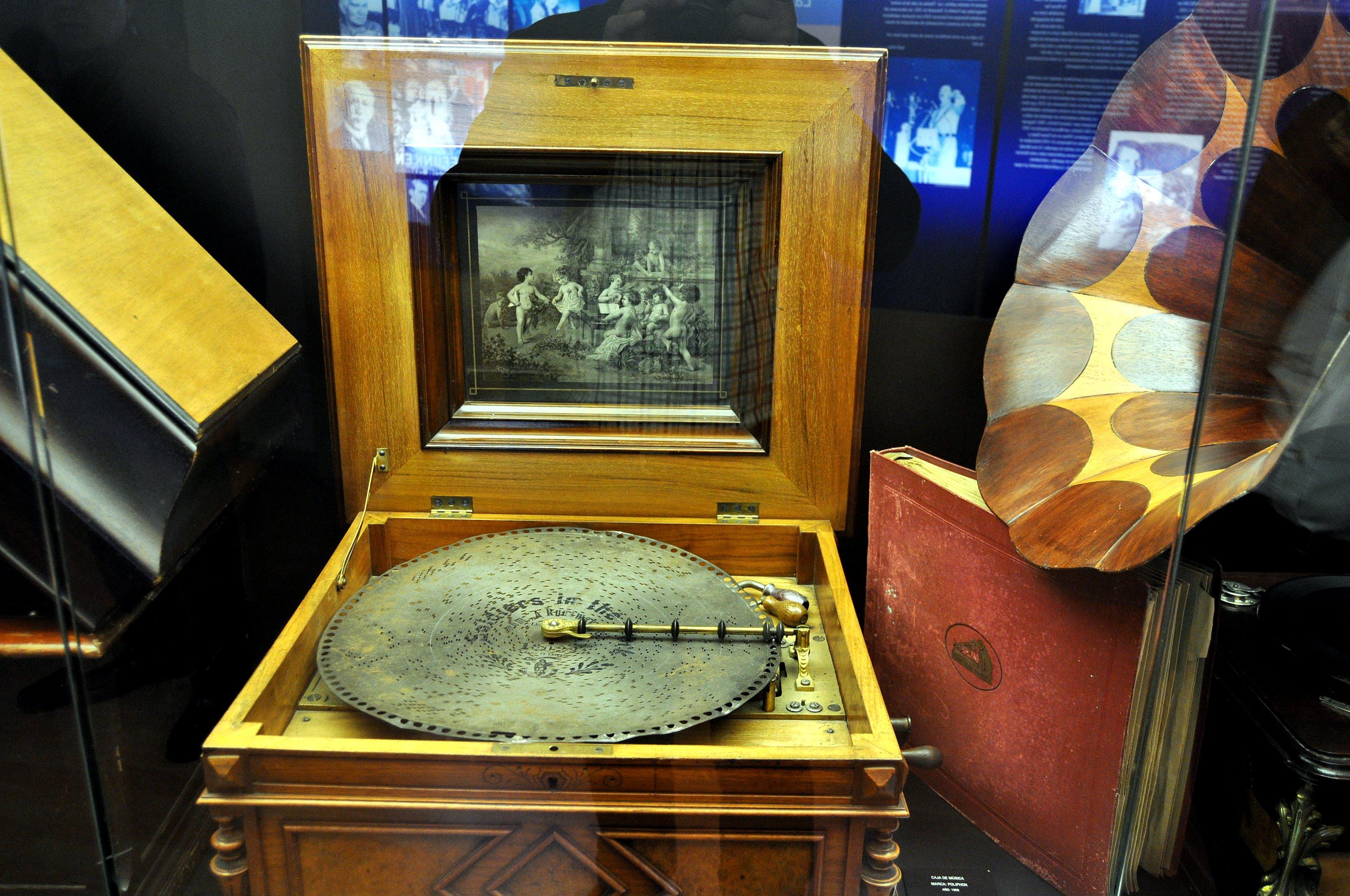 Caja de música con disco perforado. Año 1900.