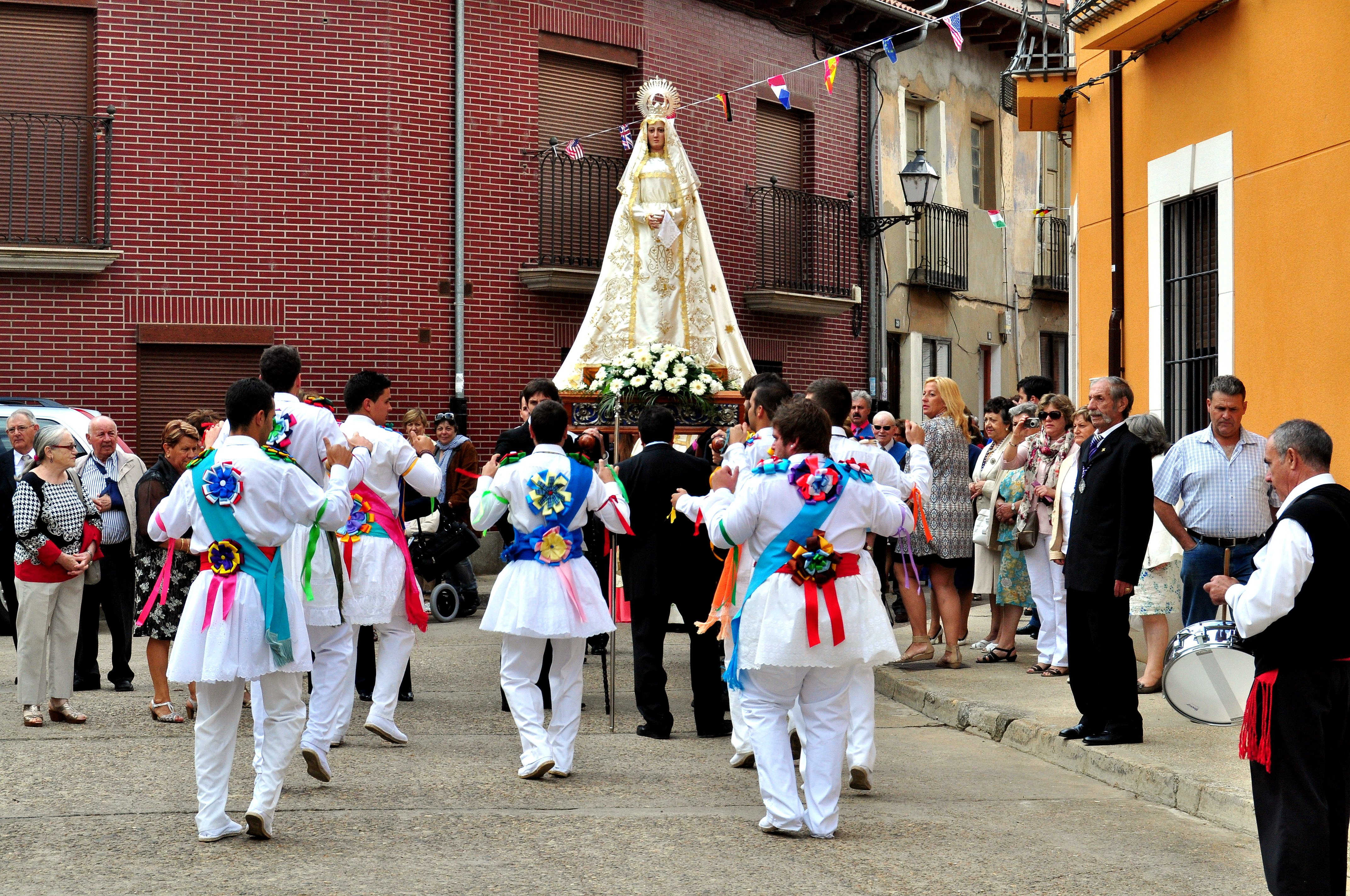 Danzantes de Villamañán ante la Virgen de la Zarza. (Foto David G. López)