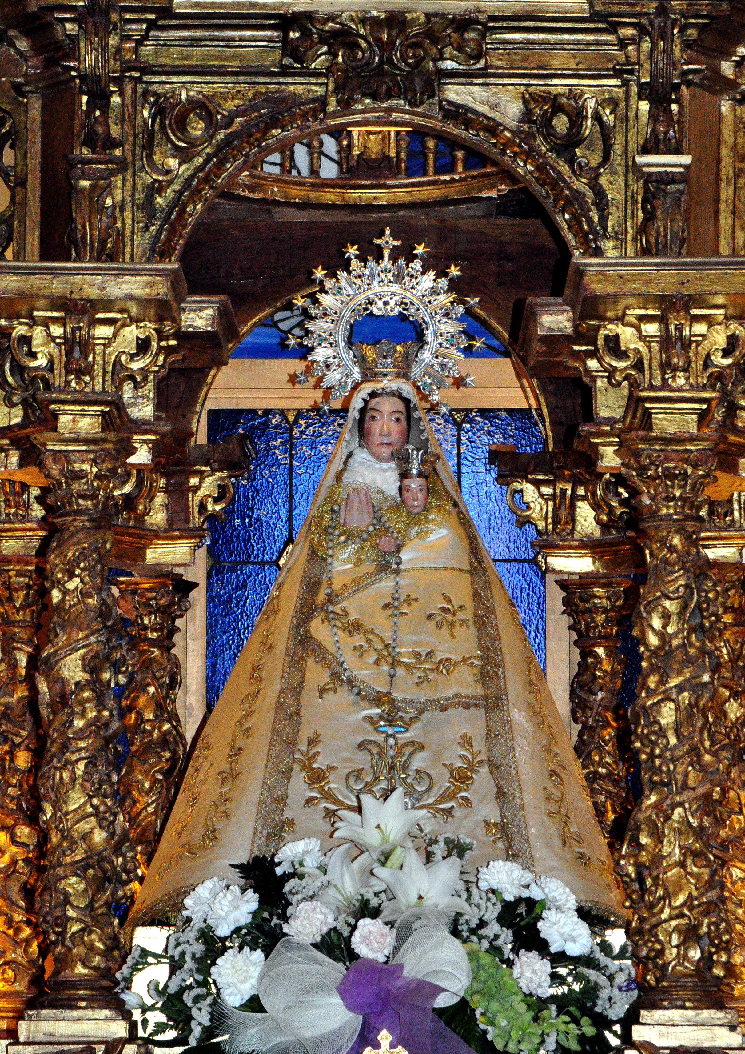 Virgen de la Zarza (s.XIII), revestida, en el retablo de su ermita (Foto DGL)