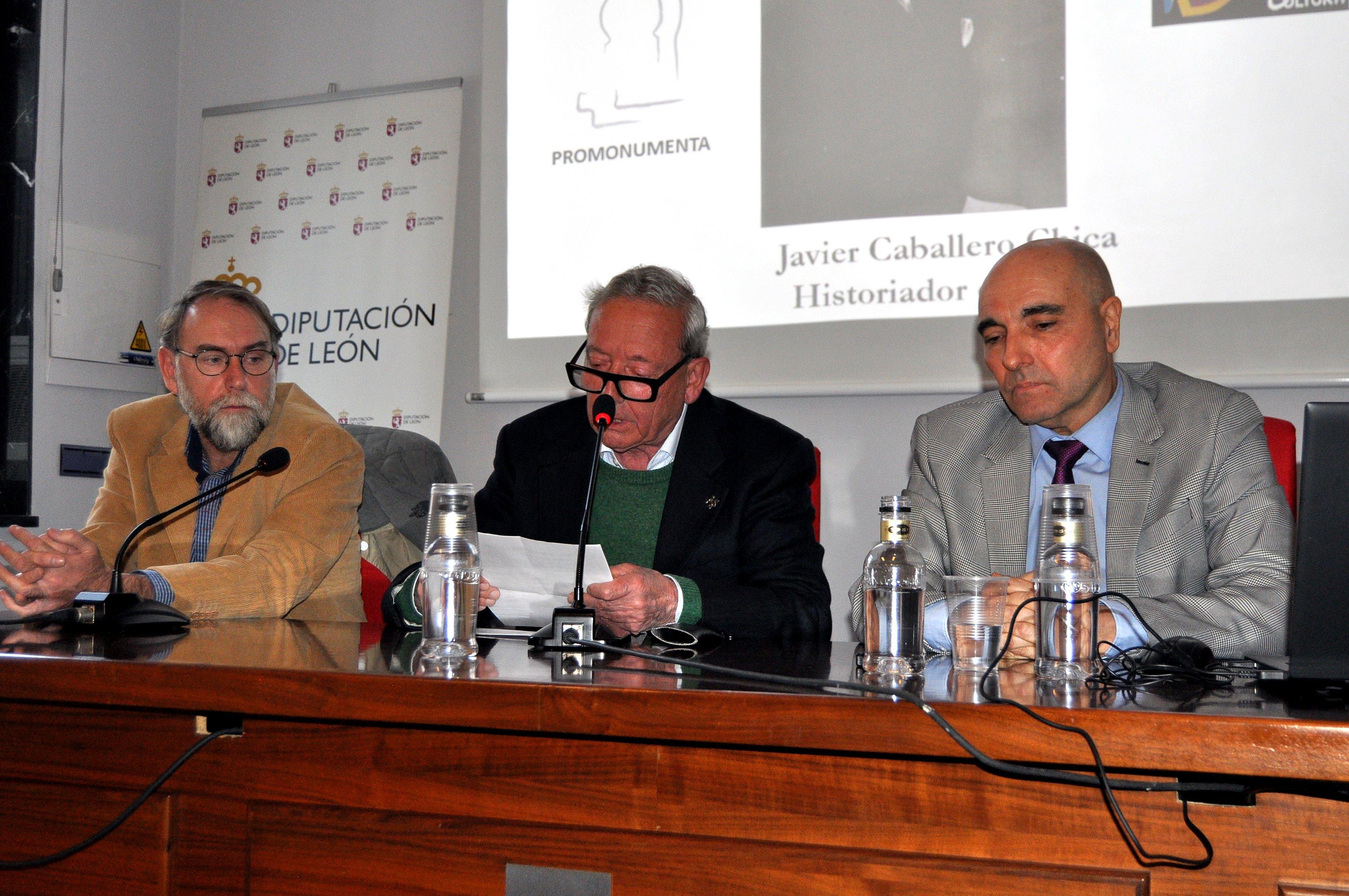 Marcelino Fernández, presidente de Promonumenta, presenta al conferenciante.
