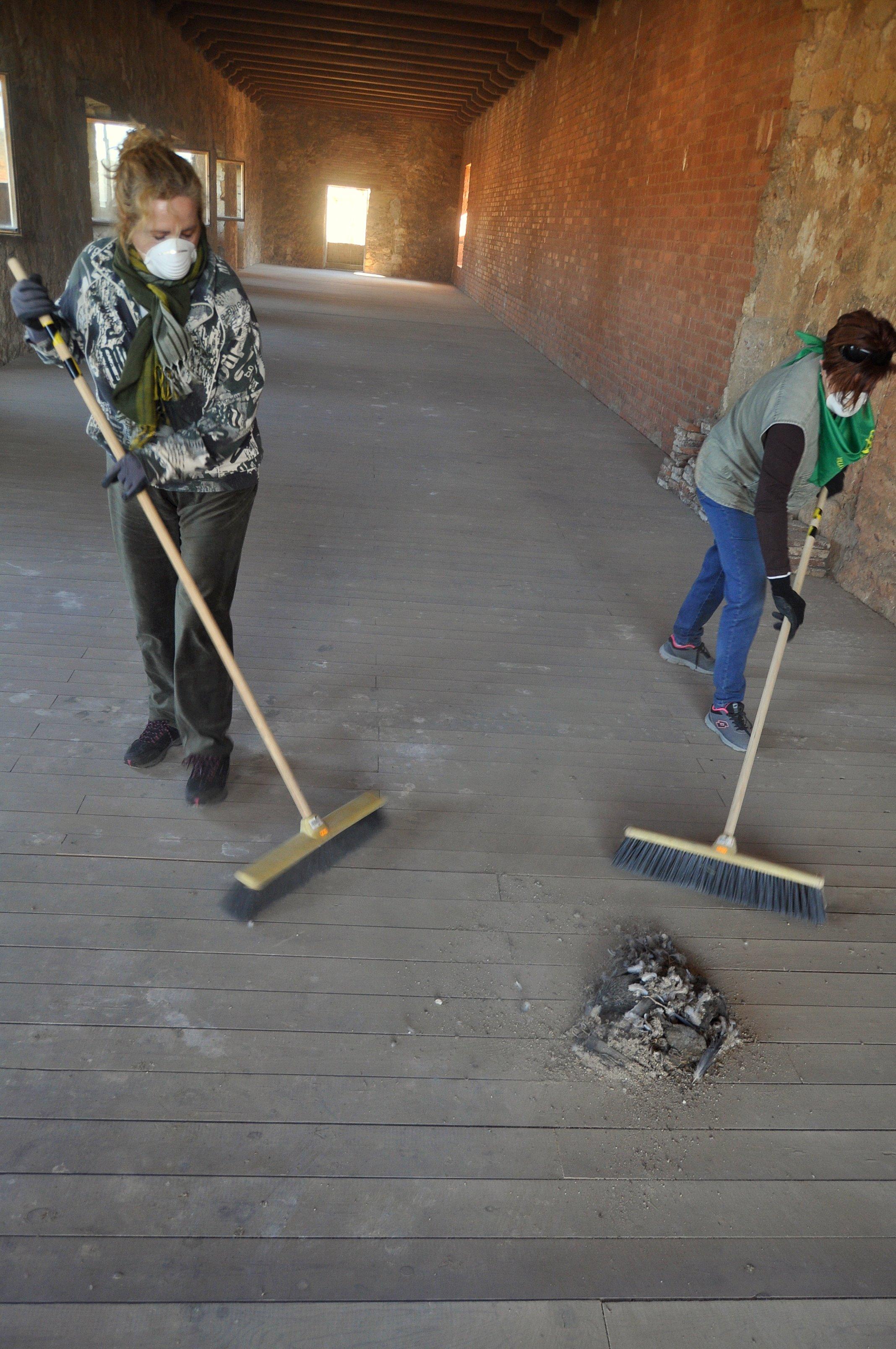 Limpieza de una de las estancias superiores.