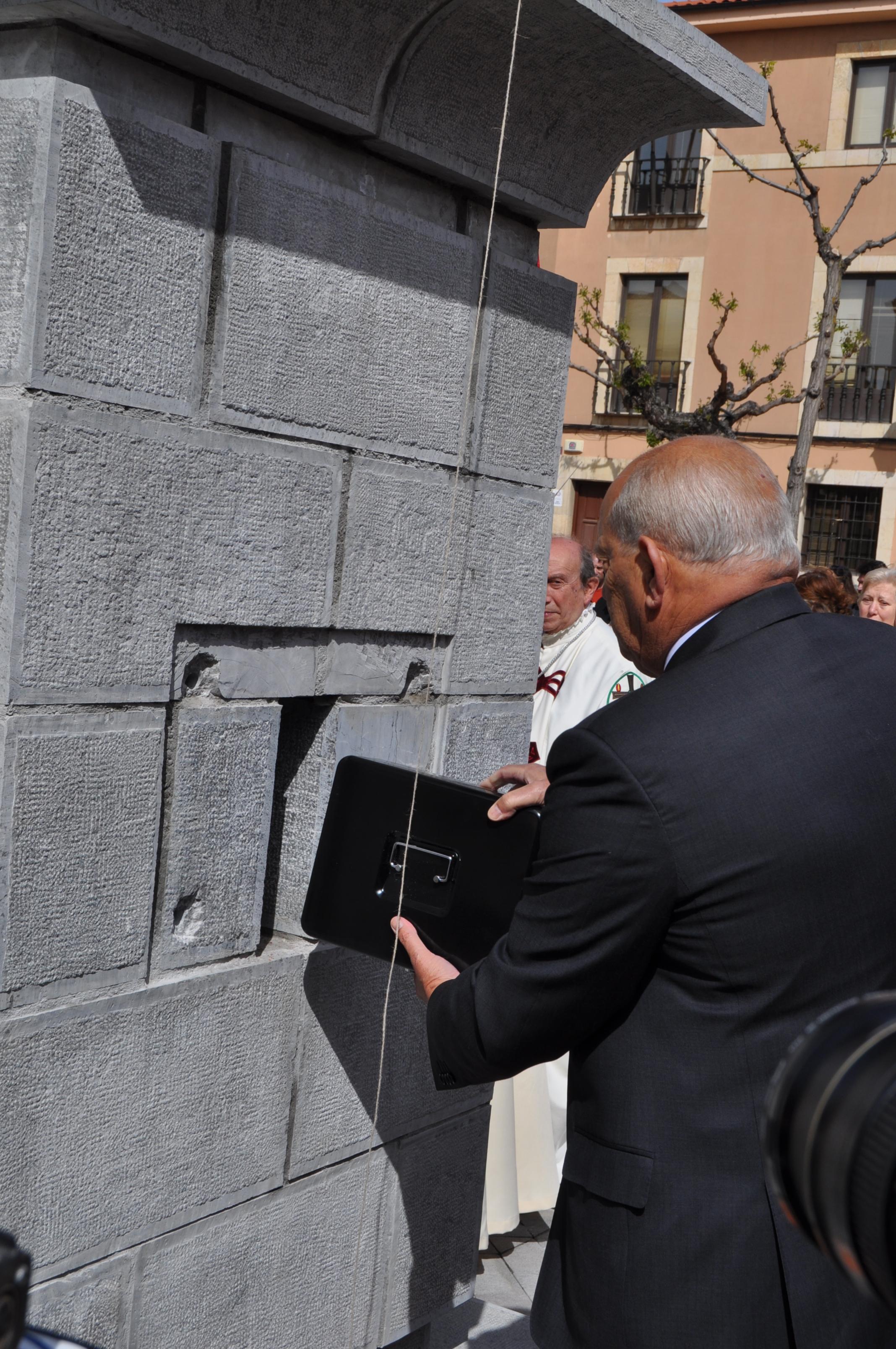 """Introducción de la """"arqueta del tiempo"""" en elñ pedestal del monumento."""