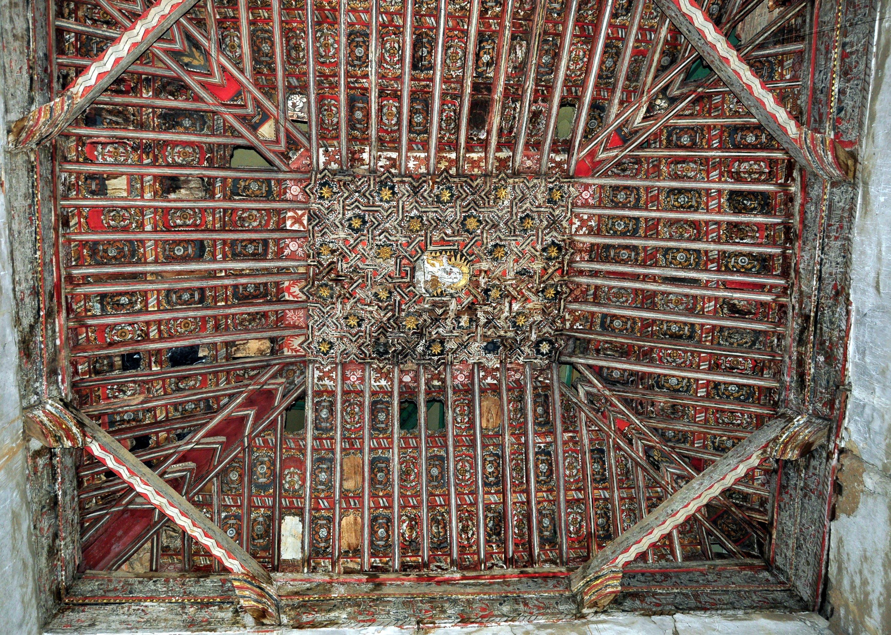 Villacé. Extraordinario artesonado de capilla interior, en penoso estado (foto David GL)