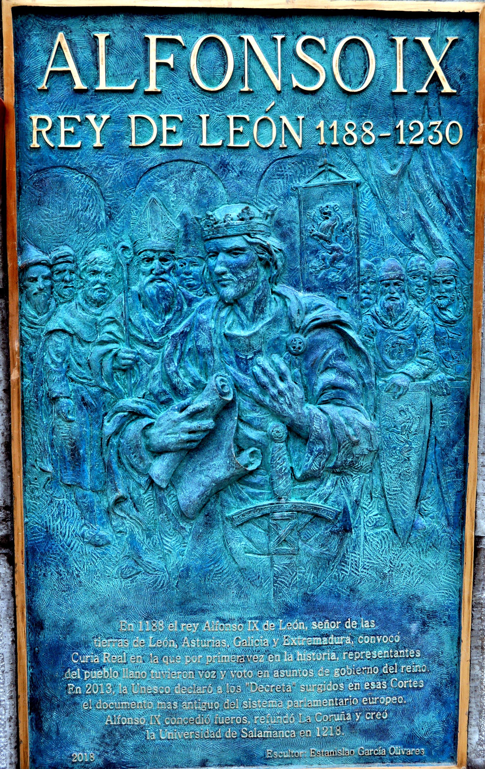 Grabado y leyenda en el pedestal del monumento.