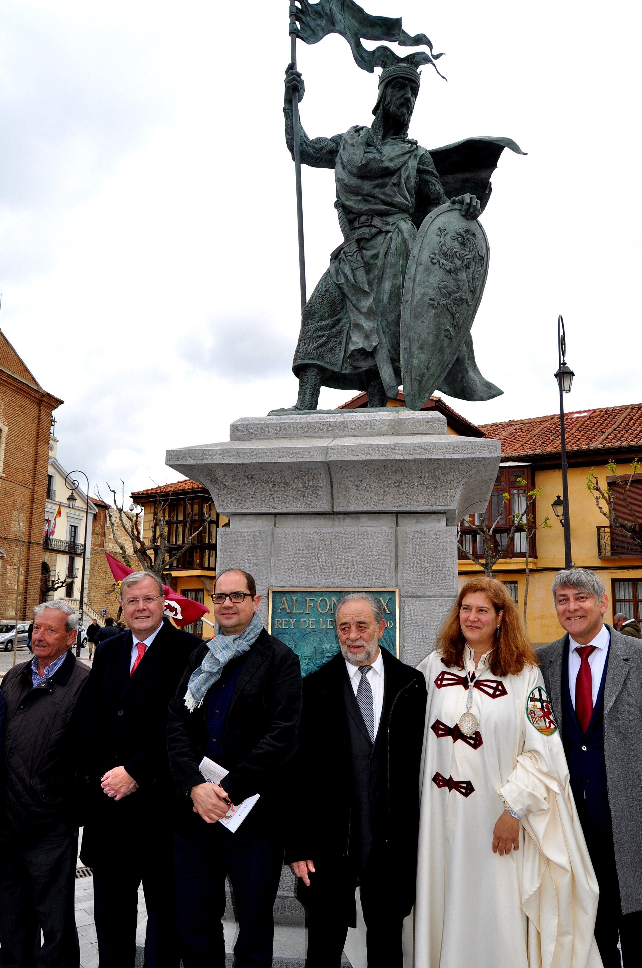 Al pie del monumento: Marcelino Fernández (presidente de Promonumenta), Antonio Silván (alcalde de León), Nacho Ares, Joaquín Robles, Margarita y Argüello.