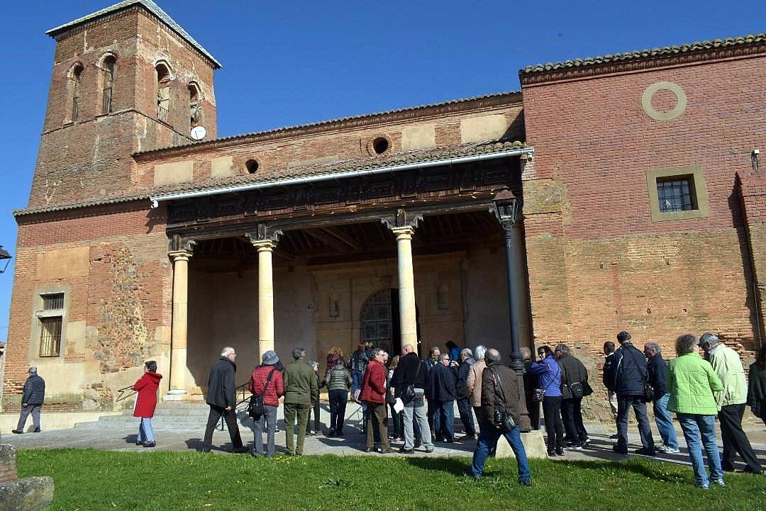 Grupo de Promonumenta ante la iglesia de Villacé.