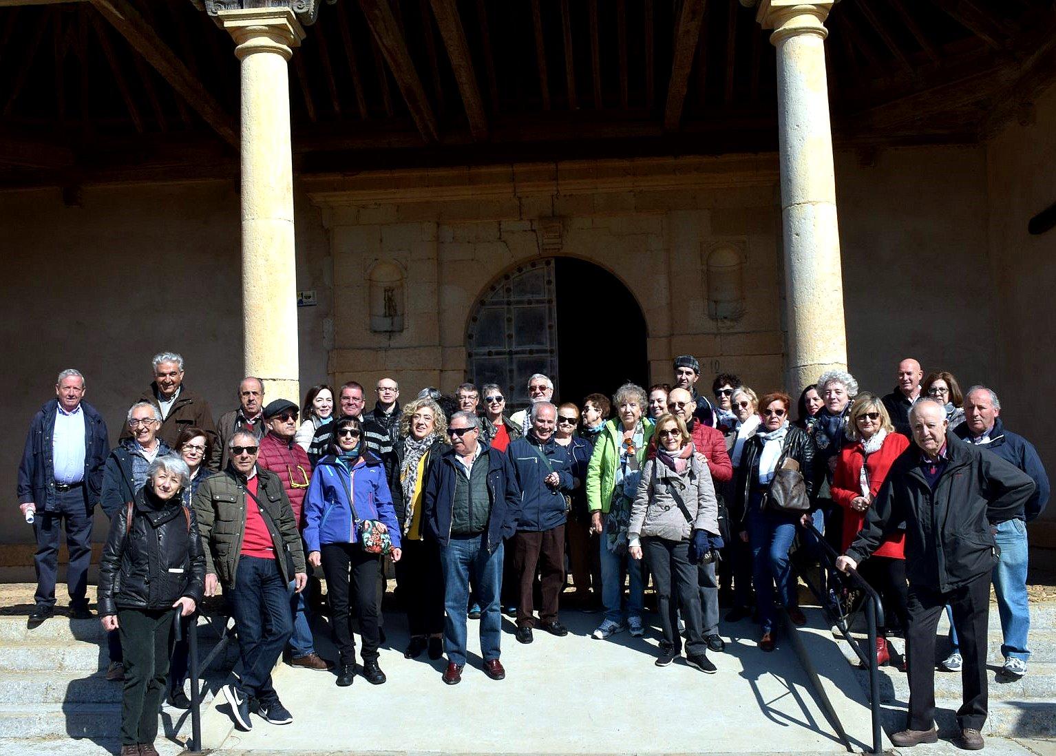 Grupo de Promonumenta ante la iglesia de Villacé