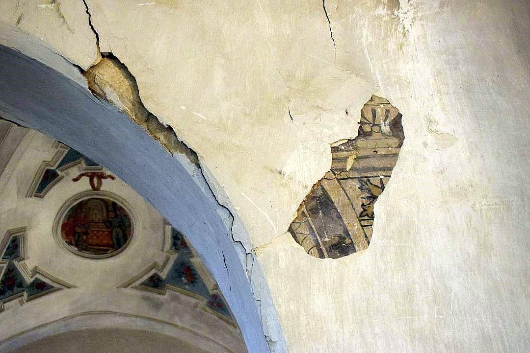 Debajo de los recubrimientos y encalados, que se están cayendo, aparecen otras pinturas. (Foto J.A. Gª Villar)