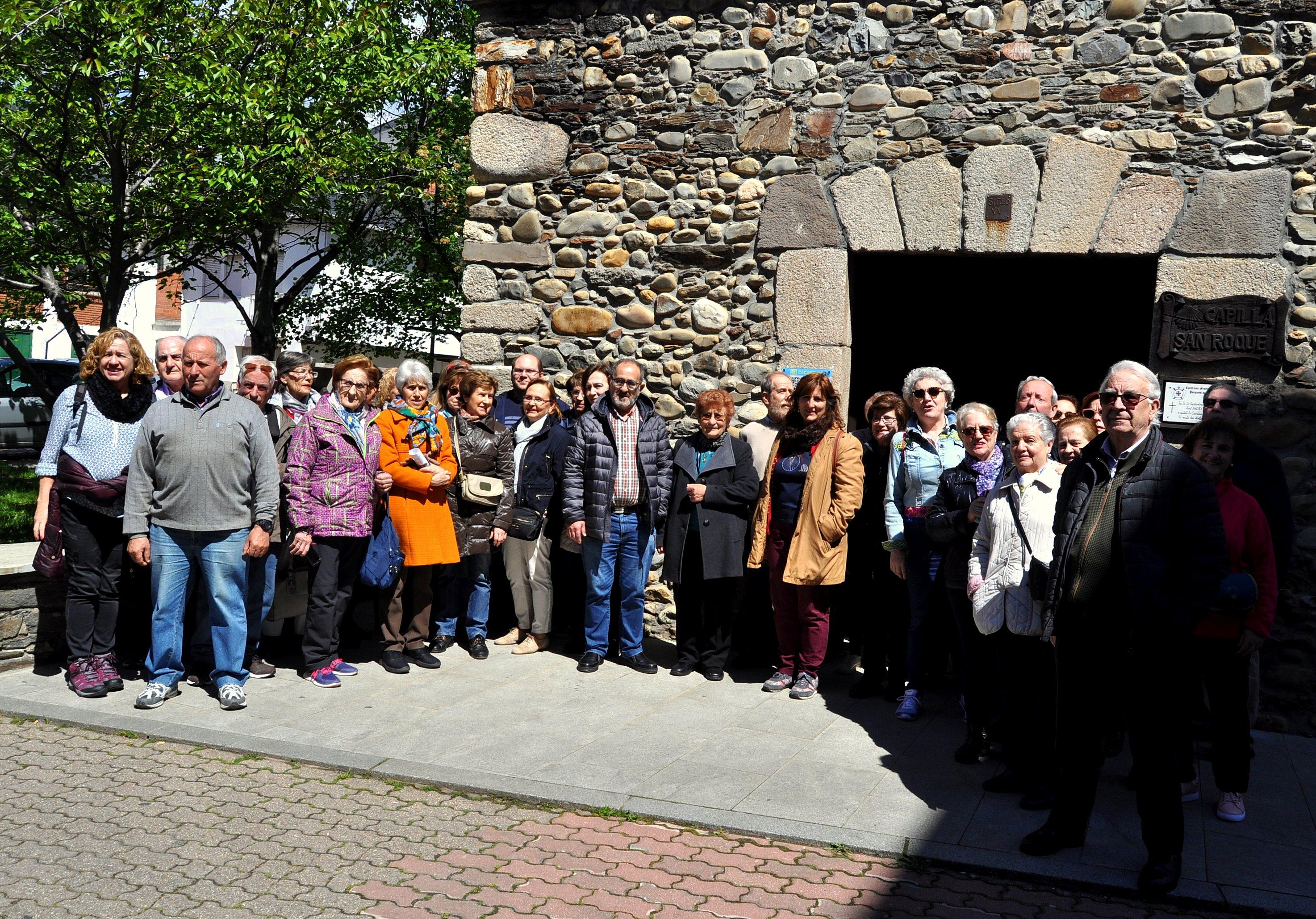 Grupo de Promonumenta ante la ermita de San Roque, en Cacabelos. Confluencia del Olvidado y el Francés.