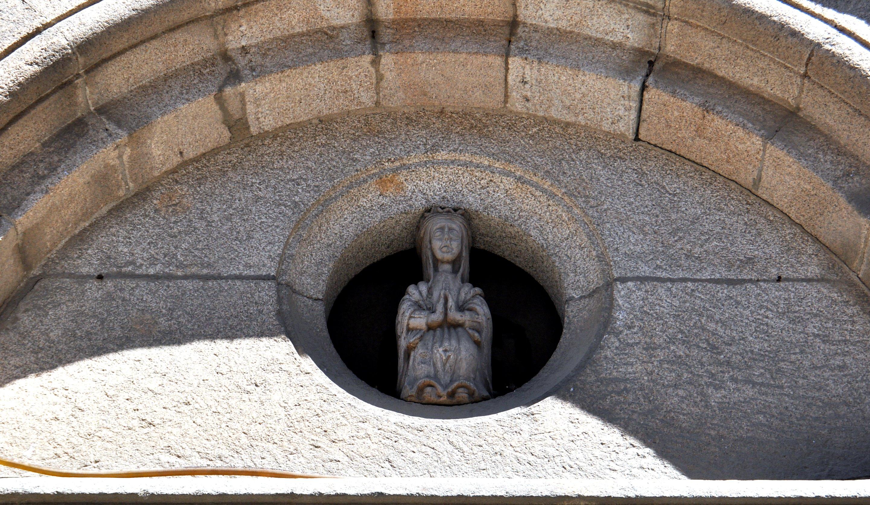 Virgen de la Edrada (s. XIII), sobre la puerta de entrada de la iglesia de Sta. María.