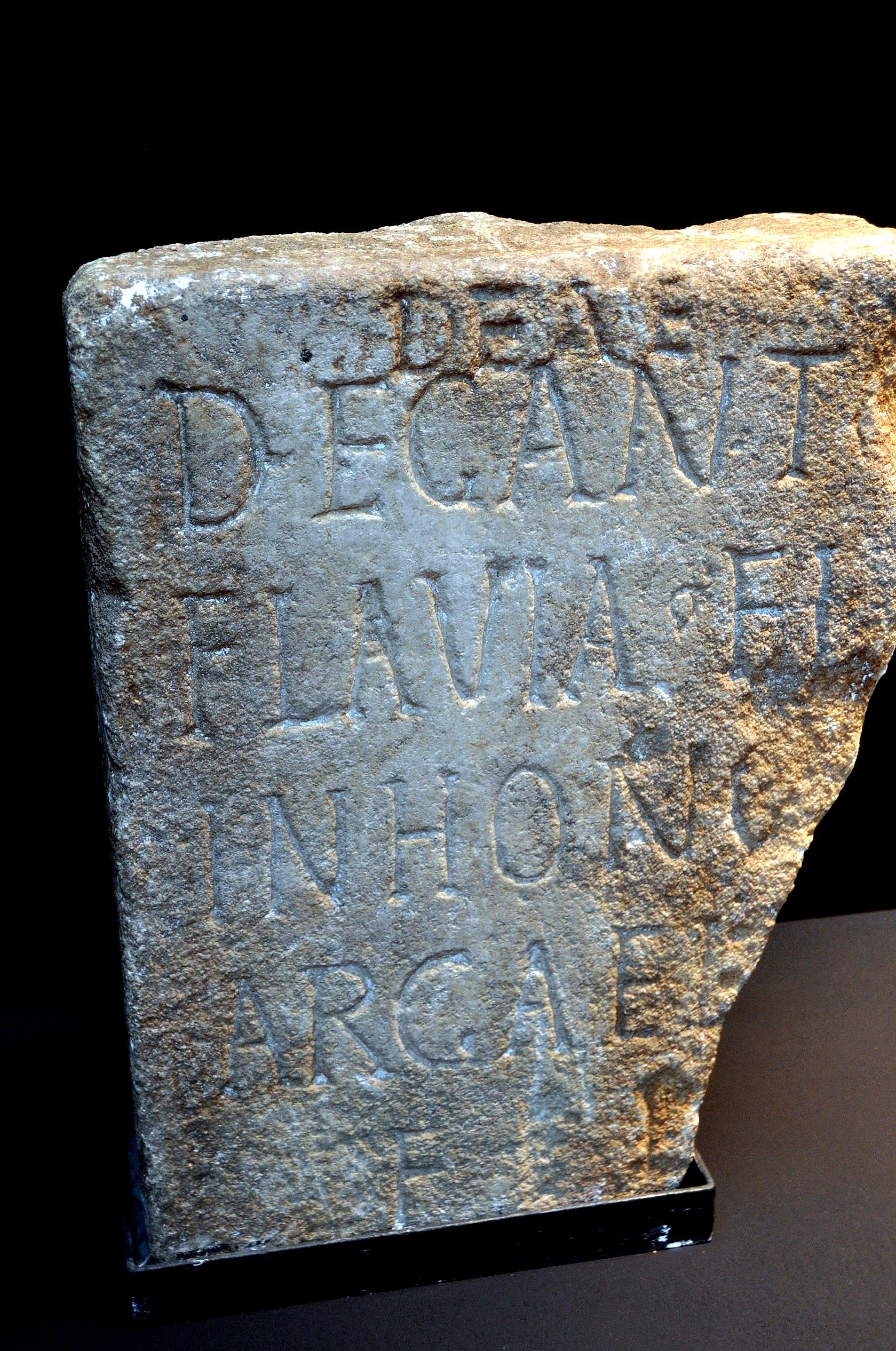 Museo Arqueológico de Cacabelos. Lápida dedicada a la diosa astur Degantia.