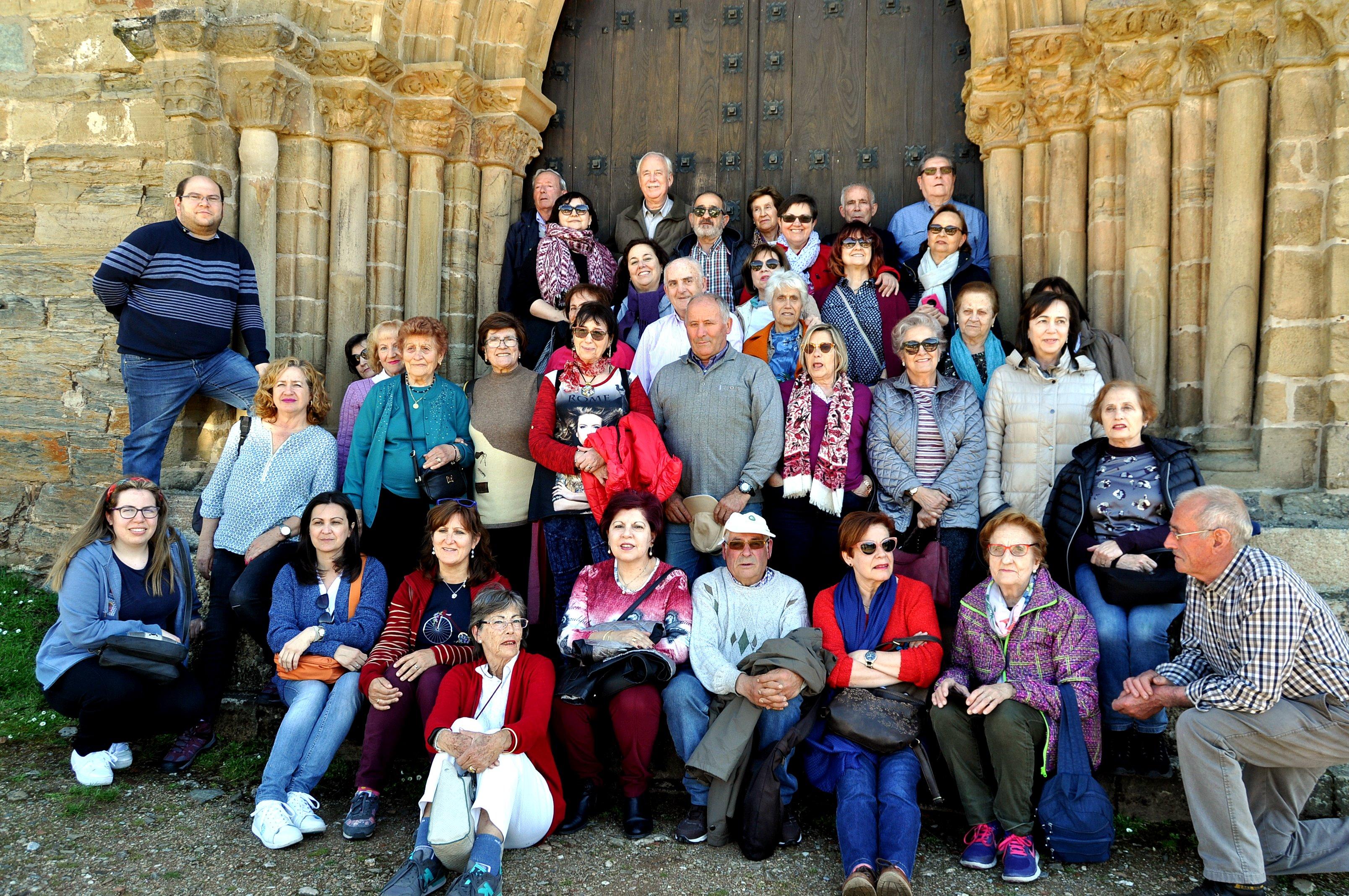 """Grupo de peregrinos de Promonumenta ante la """"Puerta del Perdón"""" de la iglesia de Santiago, en Villafranca."""