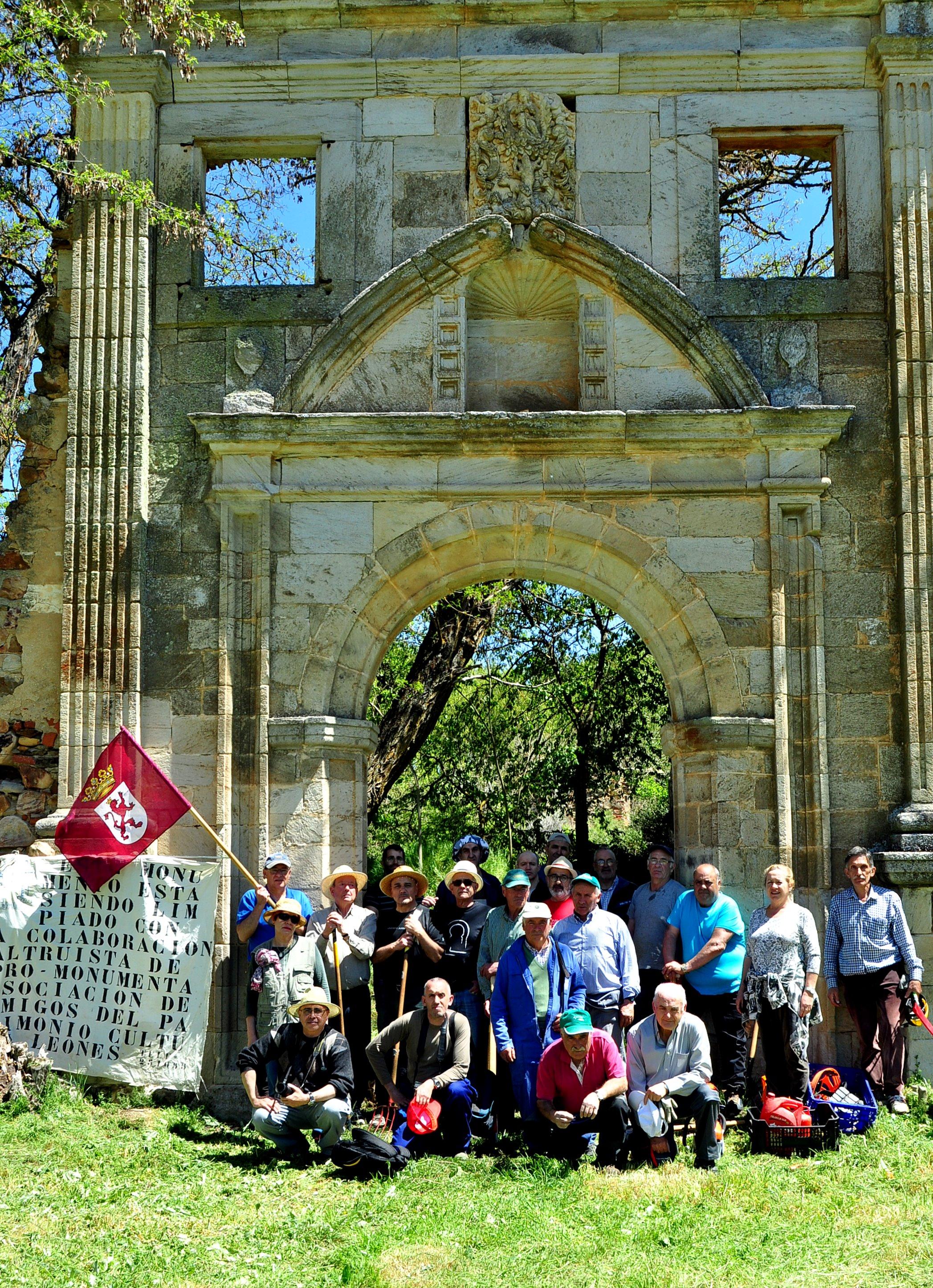 Ante la portada del monasterio.
