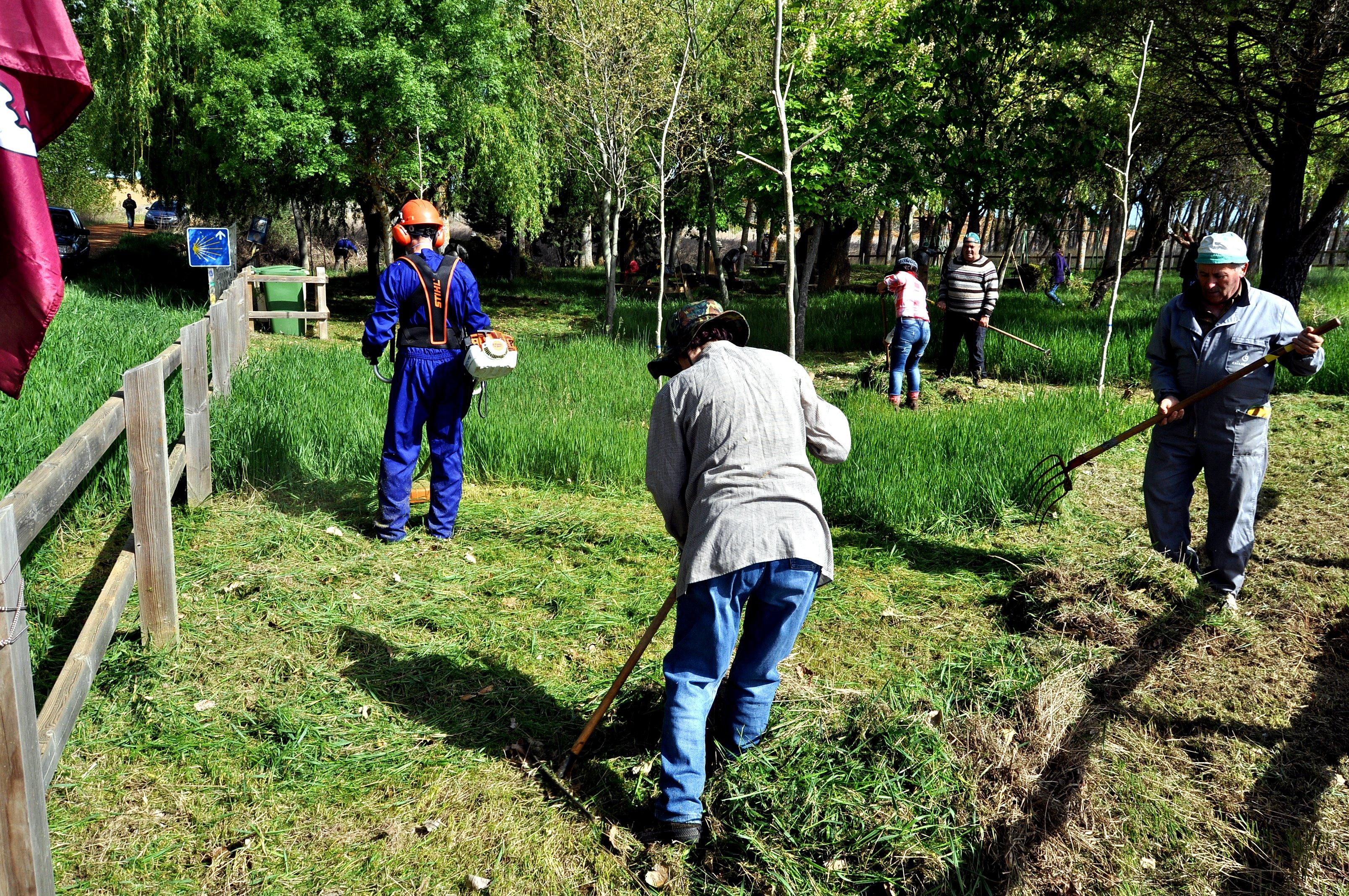 DSC_9210 Segando la hierba del área de descanso de Calzadilla (foto Dacvid Gustavo López)