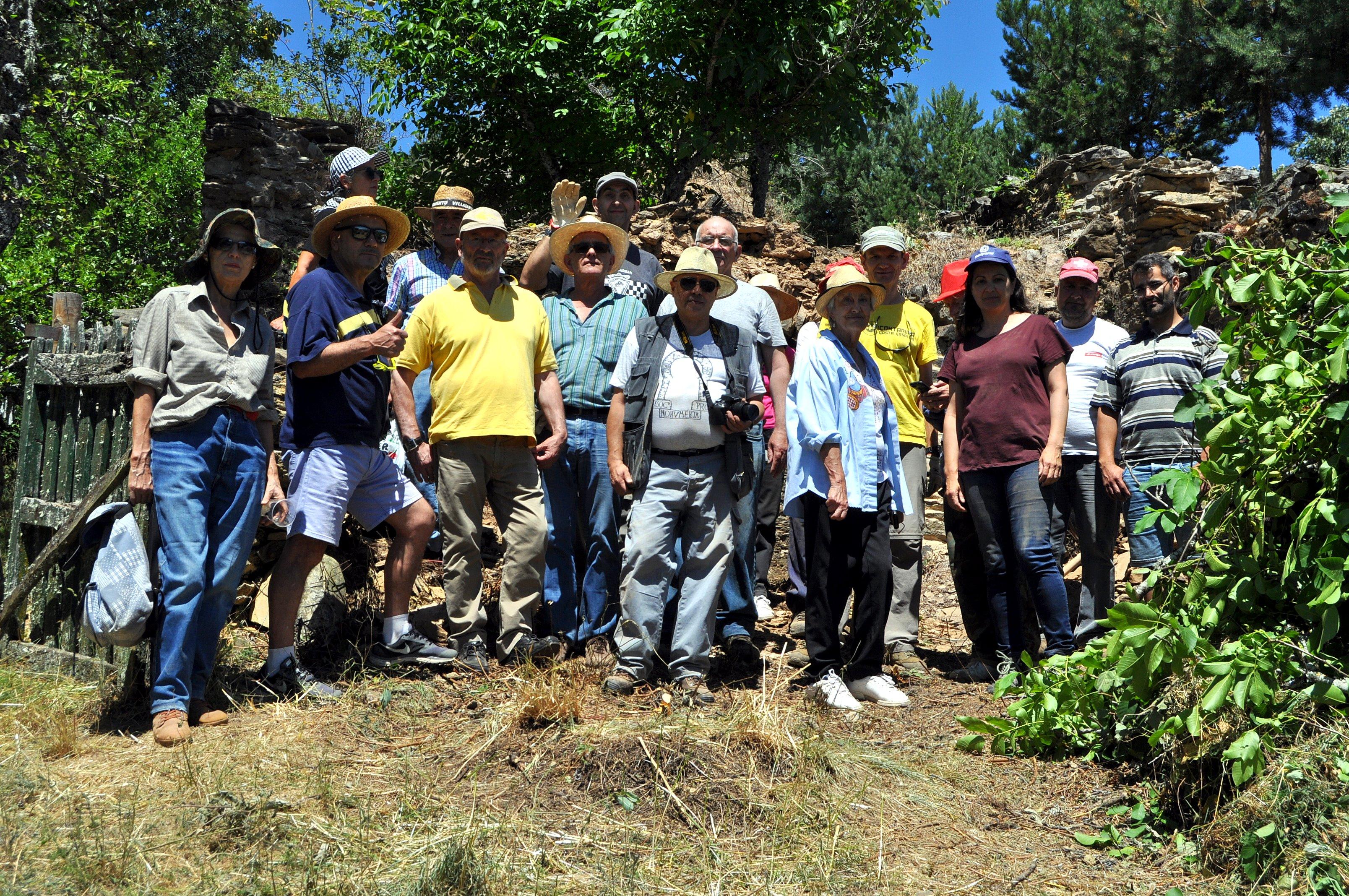 Voluntarios de Promonumenta y propietarios de la ermita