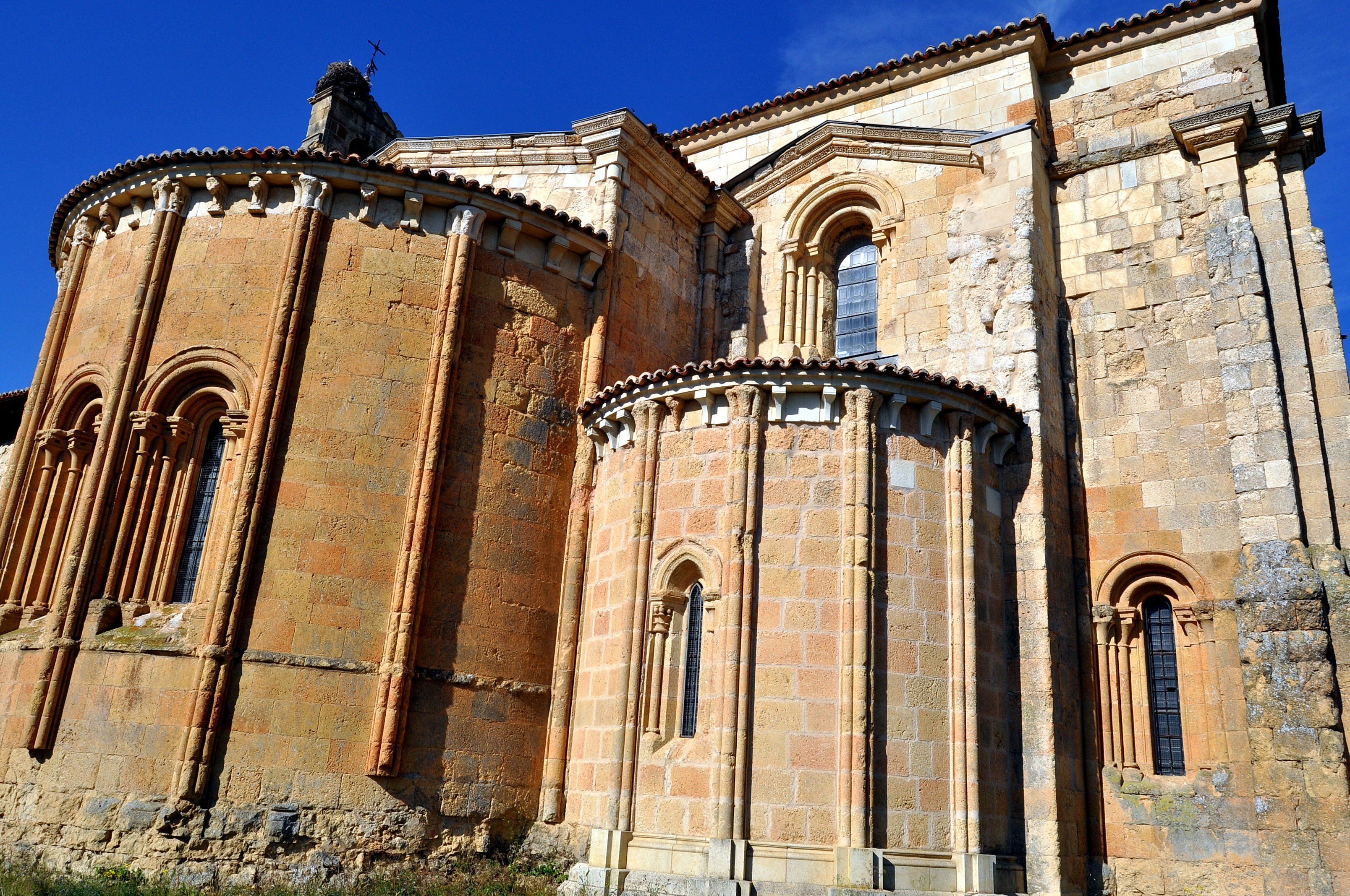 Ábsides románicos de la iglesia.
