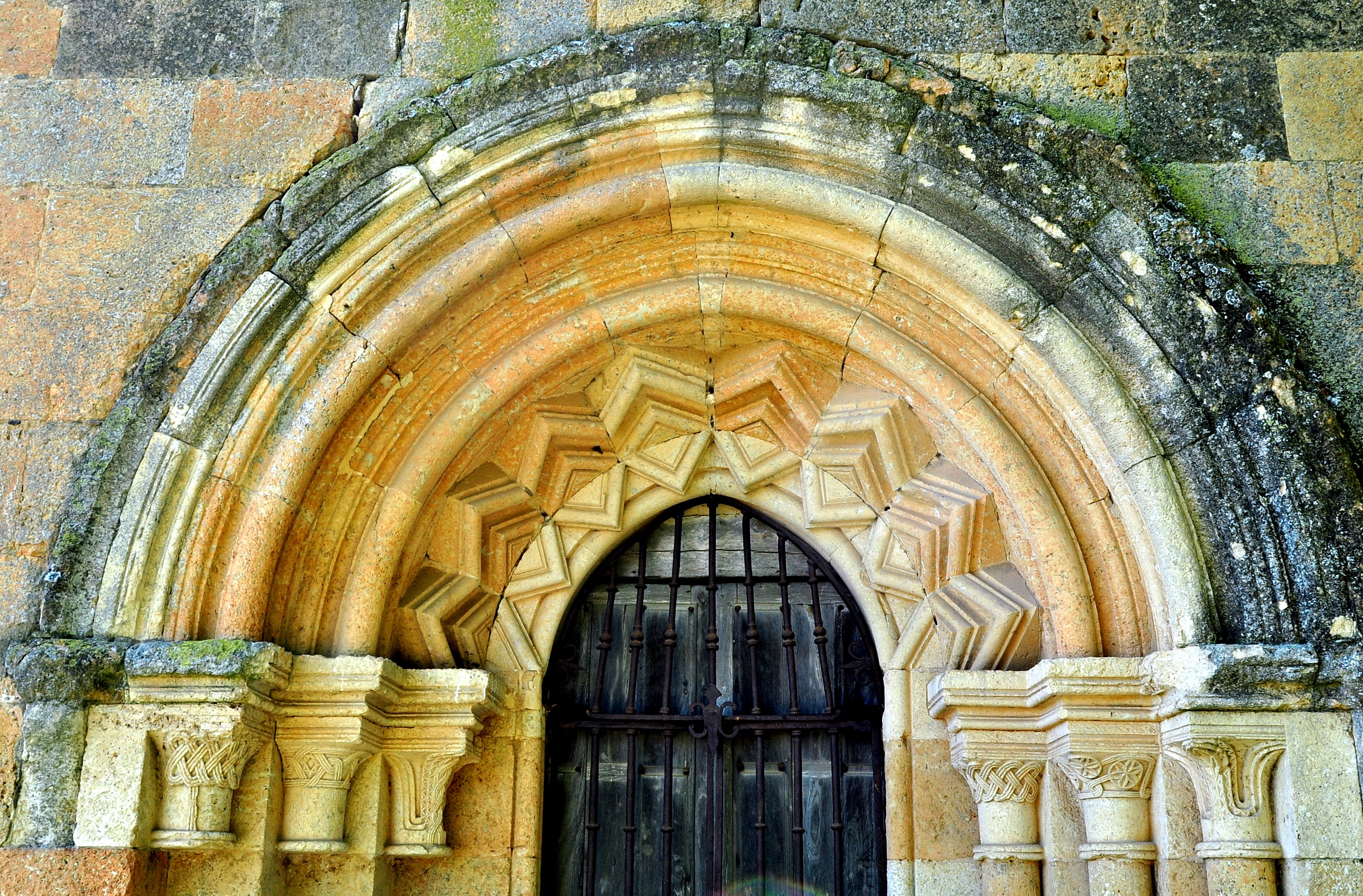 Portada románica con decoración en zig-zag.